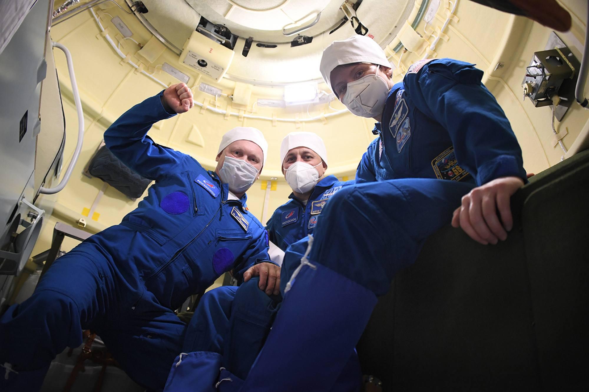L'équipage de réserve de Soyouz MS-18 dans le compartiment orbital de Soyouz MS-18.