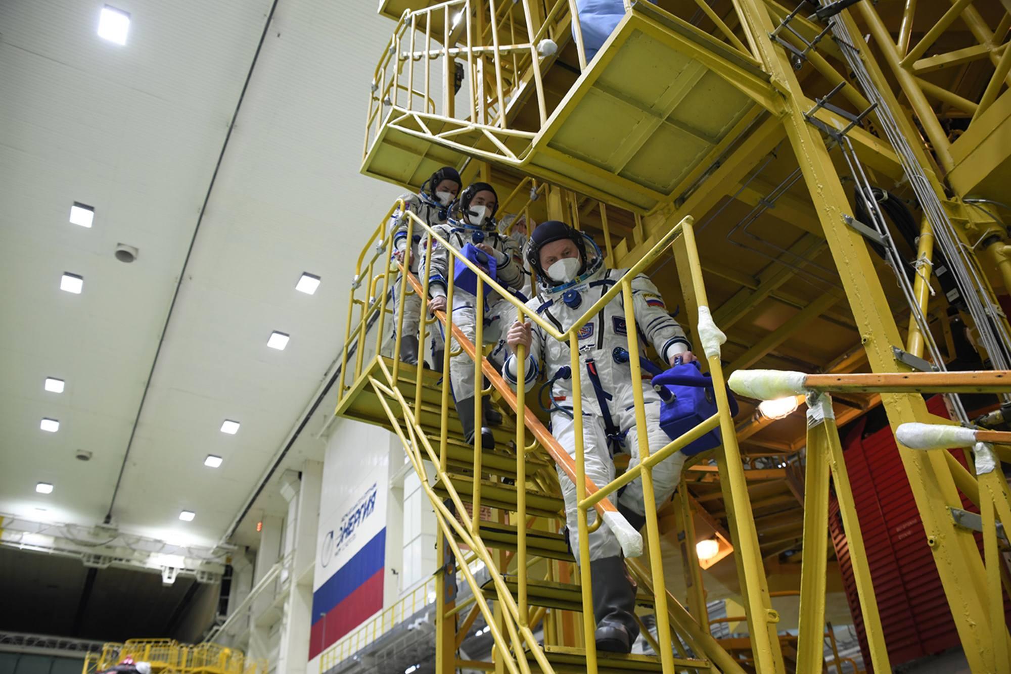 L'équipage principal redescend du stand de préparation du Vaisseau Soyouz MS-18.