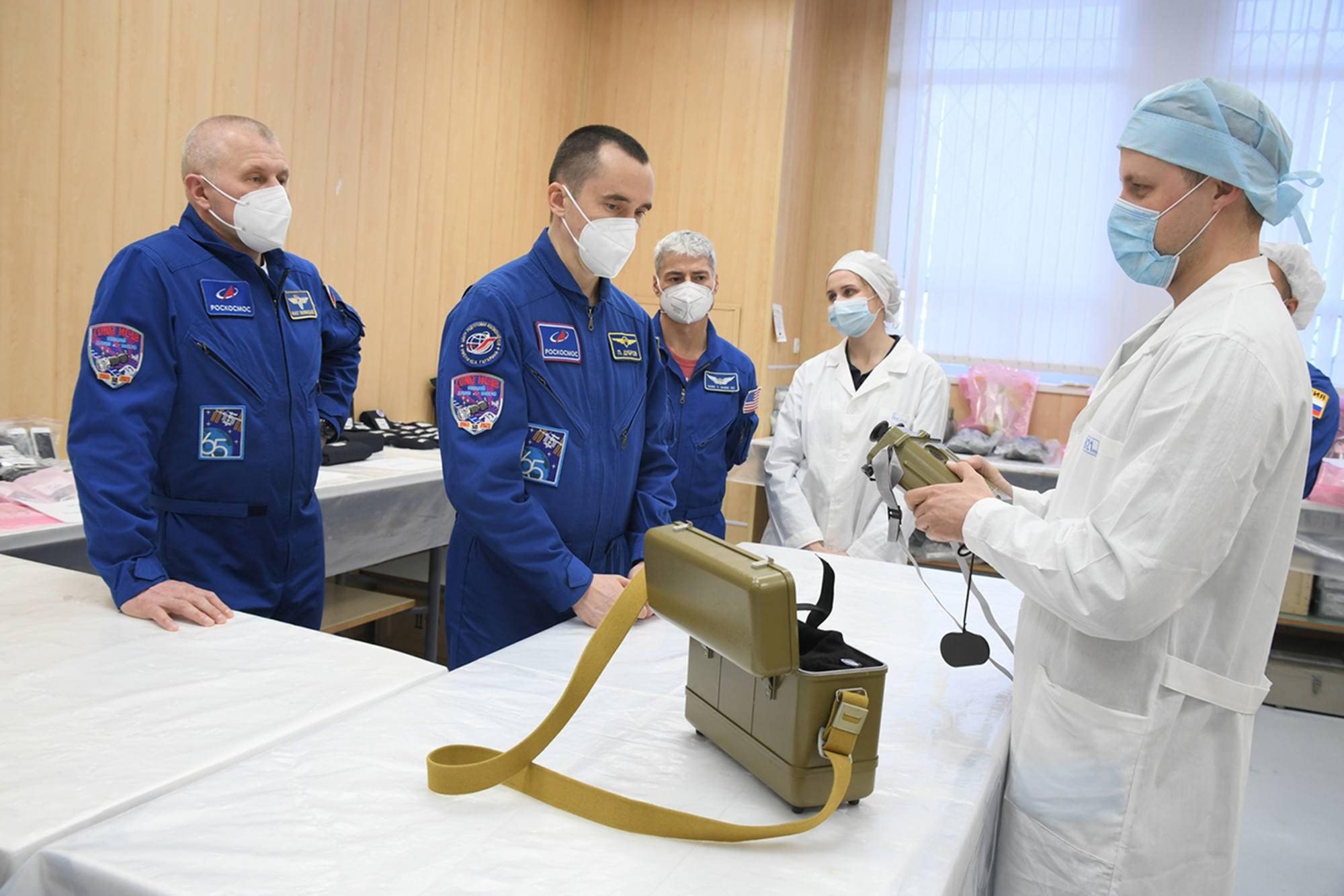 L'équipage principal se voit aussi présenter le viseur binoculaire 5sorte de jumelles) utiliser en cas de défaillance du système vidéo lors de l'arrimage du Soyouz à l'ISS (l'ingénieur de bord, placé dans le compartiment orbital, guide, avec ce système, le commandant de bord dans ses actions).