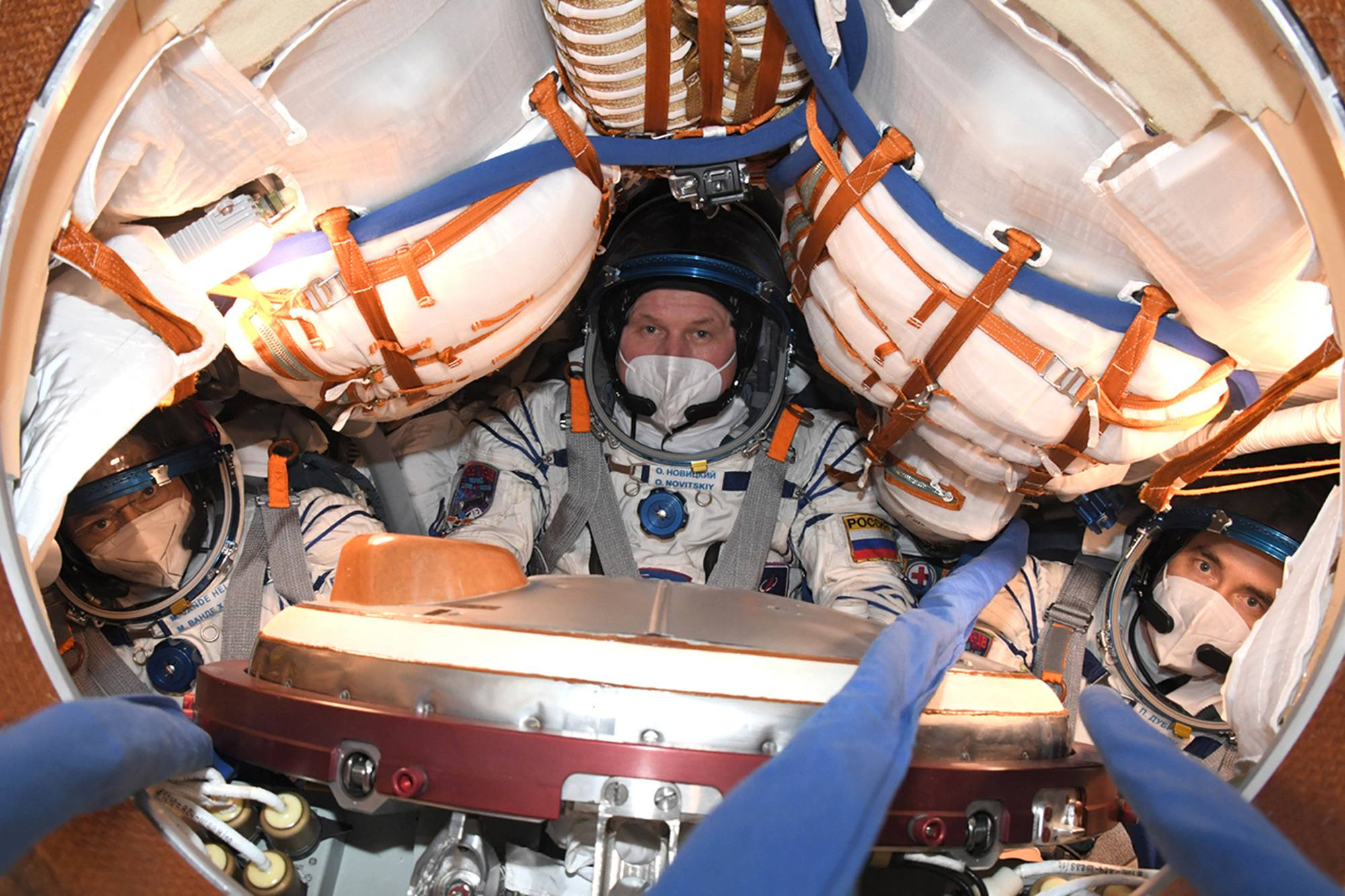 L'équipage principal installé dans le module de commande de Soyouz MS-18.