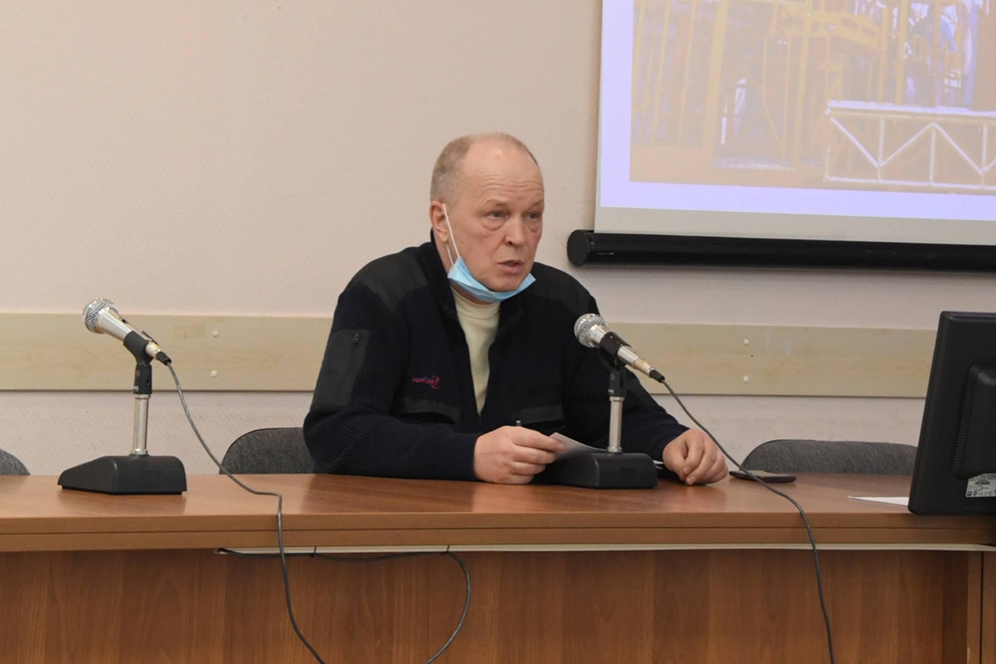 Sergueï Romanov dirige la réunion qui doit autoriser le transport de Soyouz MS-18 à la station de ravitaillement.