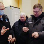 Dmitry Baranov (RKTs Progress) montre à Marat Khoushnoulline des clés permettant d'autoriser le lancement.