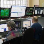 Les examinateurs au postes de contrôle du simulateur.