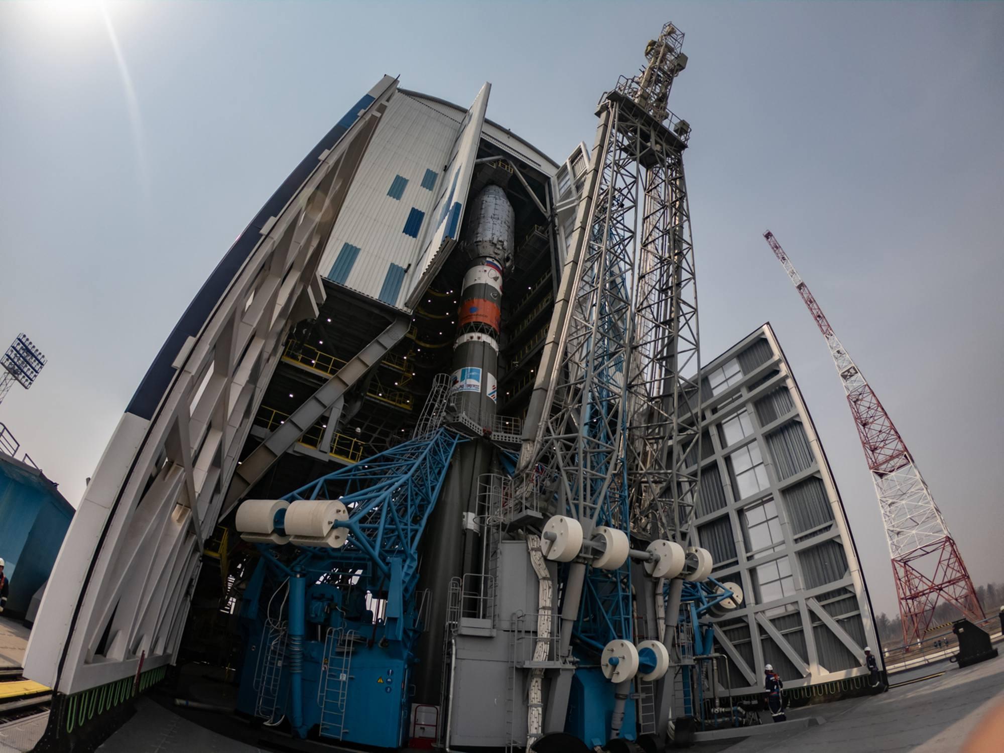 La tour de service mobile est ensuite roulée sur l'ensemble du lanceur.