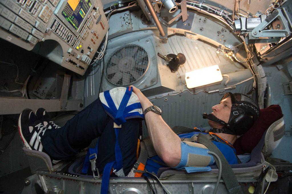 Sergueï Ryzhikov dans la centrifugeuse de simulation de retour sur Terre en mode manuel.