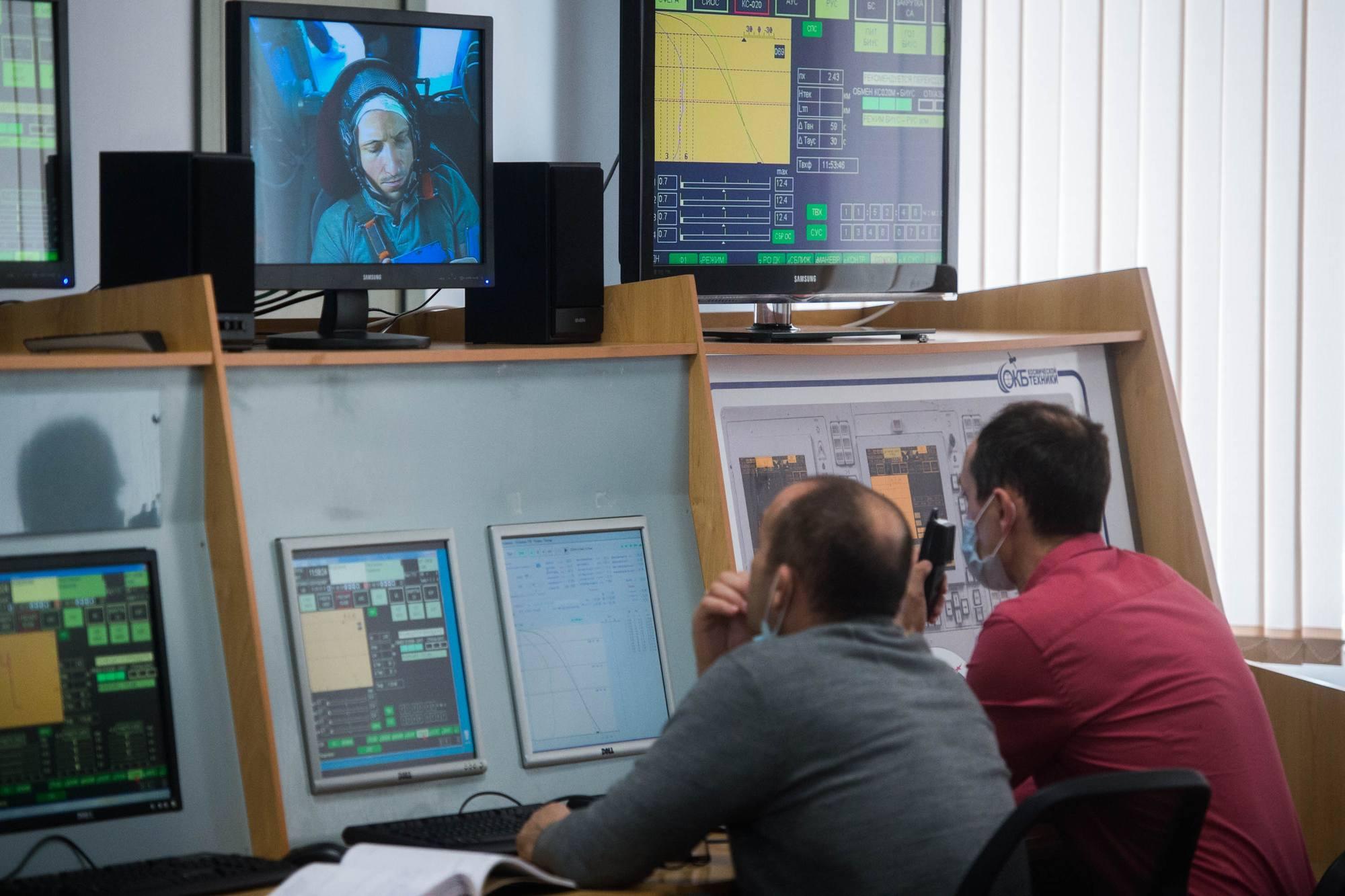 Les opérateurs du simulateur surveillent la centrifugeuse et les actions du cosmonaute.