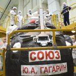 Les ingénieurs font une inspection visuelles du vaisseau Soyouz MS-18 avant sa mise sous coiffe.