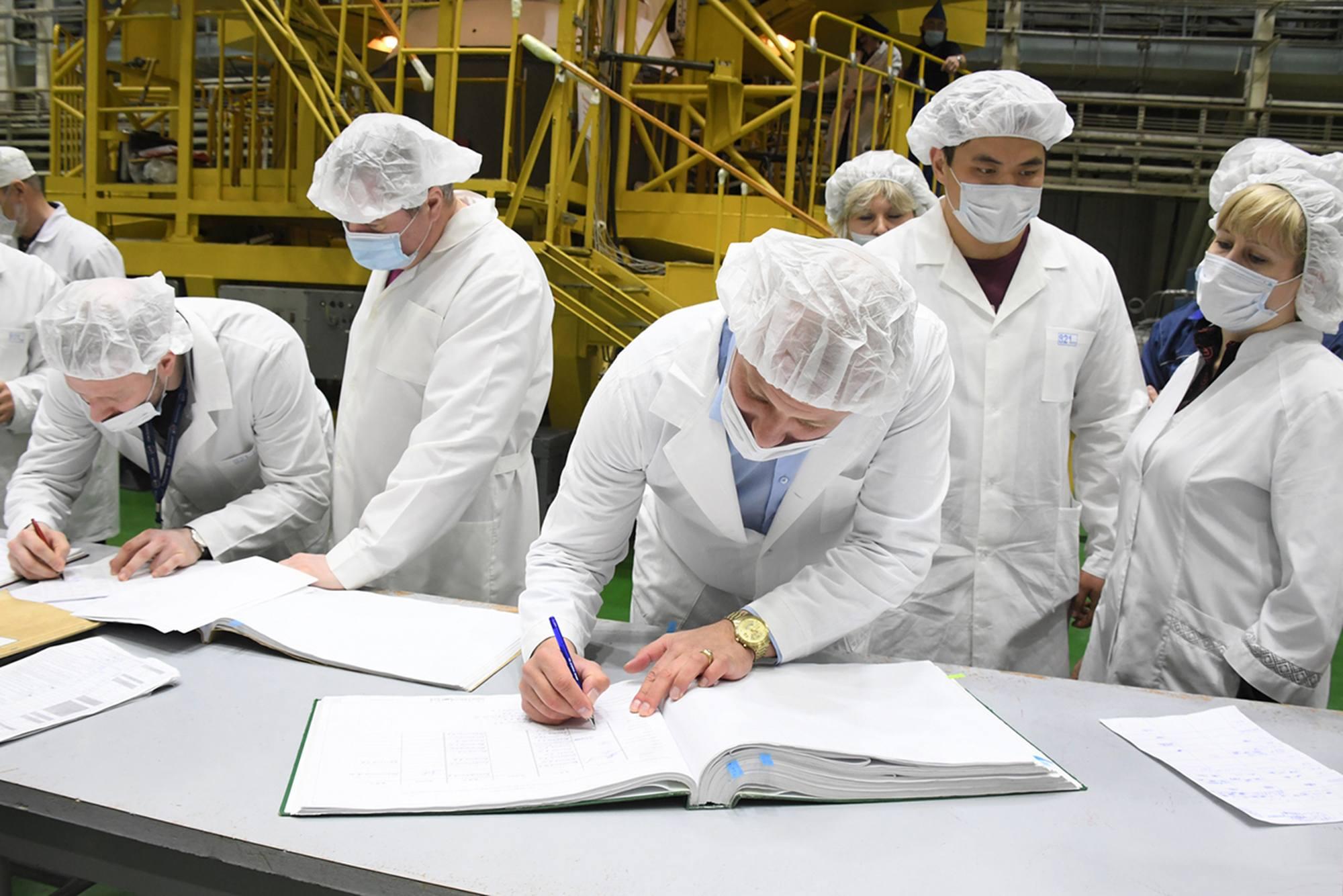 Le personnel signe le registre des différentes opérations réalisées sur le vaisseau.