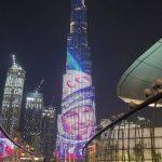 Le portrait de Gagarine projeté sur la façade du Burj Khalifa à Dubaï.
