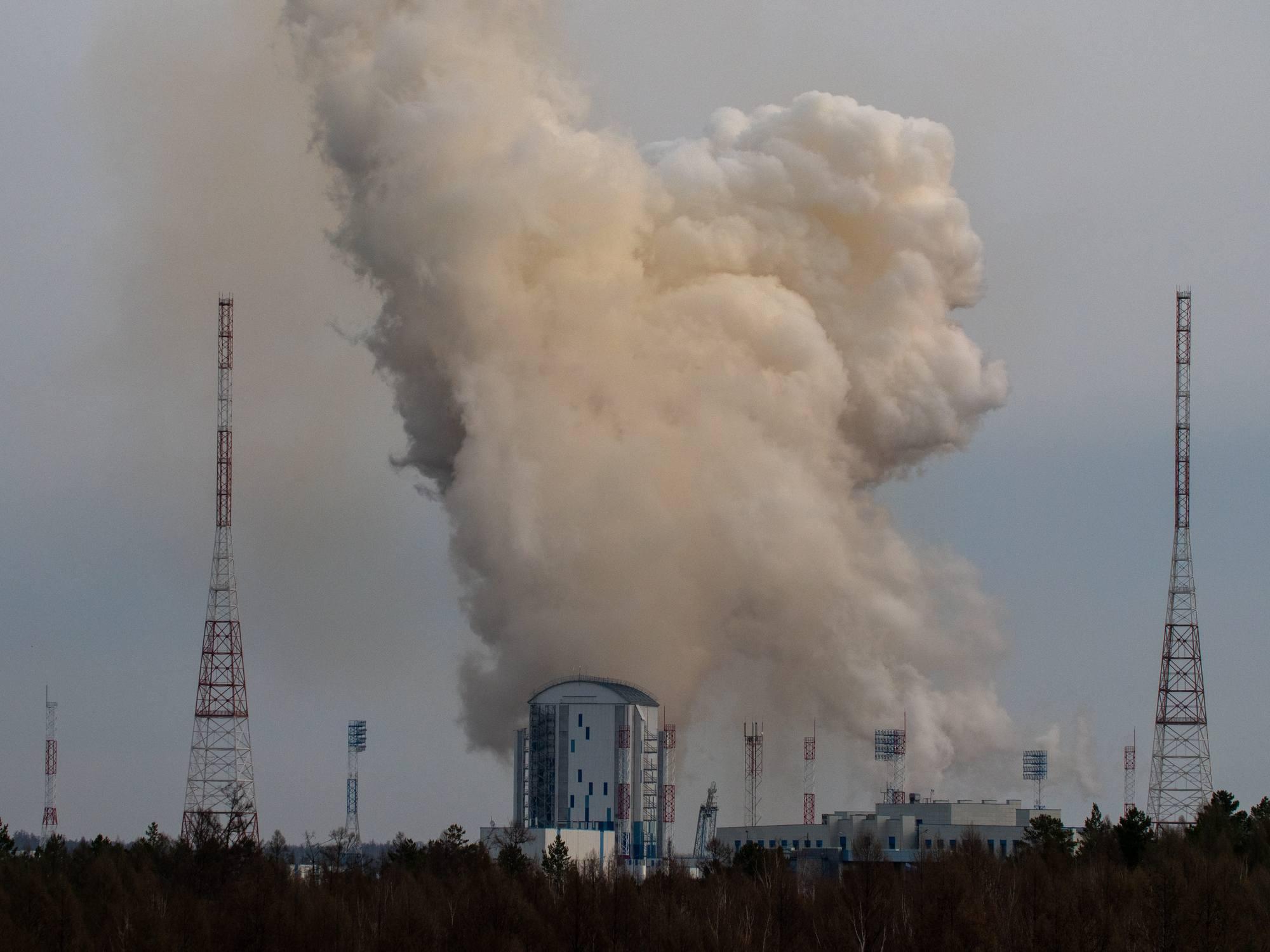 Non il ne s'agit pas d'une tour de refroidissement d'une centrale nucléaire! Mais d'un nuage (poussière, kérosène non brûlé et brûlé et vapeur d'eau) qui est rabattu sur la tour de service du pas de lancement 1S de Vostochny après le décollage du lanceur Soyouz 2.1b.