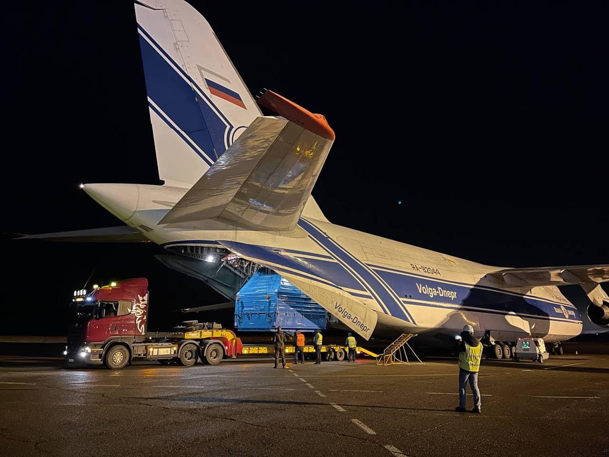 Extraction du conteneur transportant le modèle de Luna-25 de l'avion et son transfert sur une plateforme routière qui le transportera jusqu'au cosmodrome Vostochny.