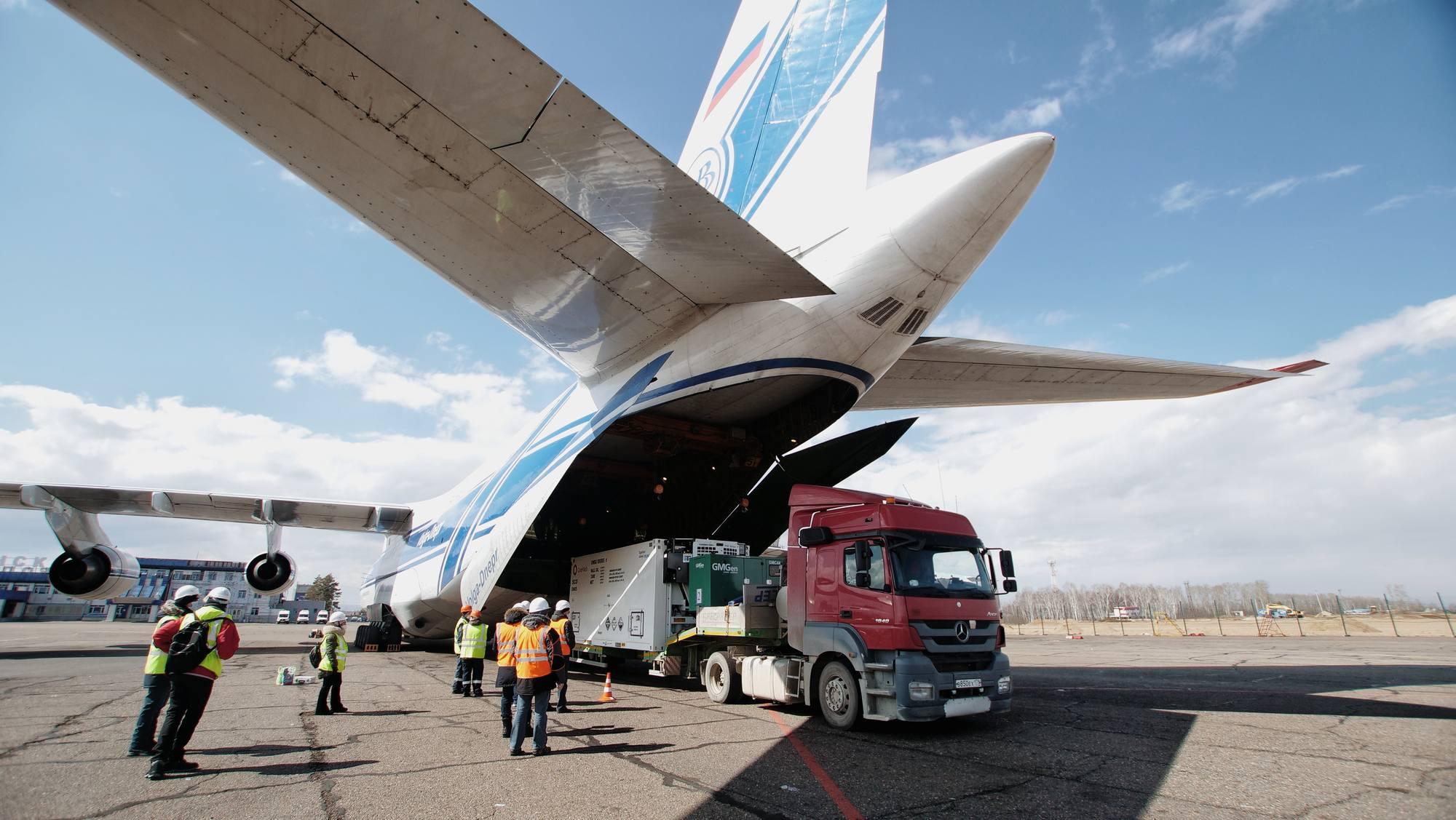 Déchargement des conteneurs des staellites OneWeb de l'Antonov 124-100.