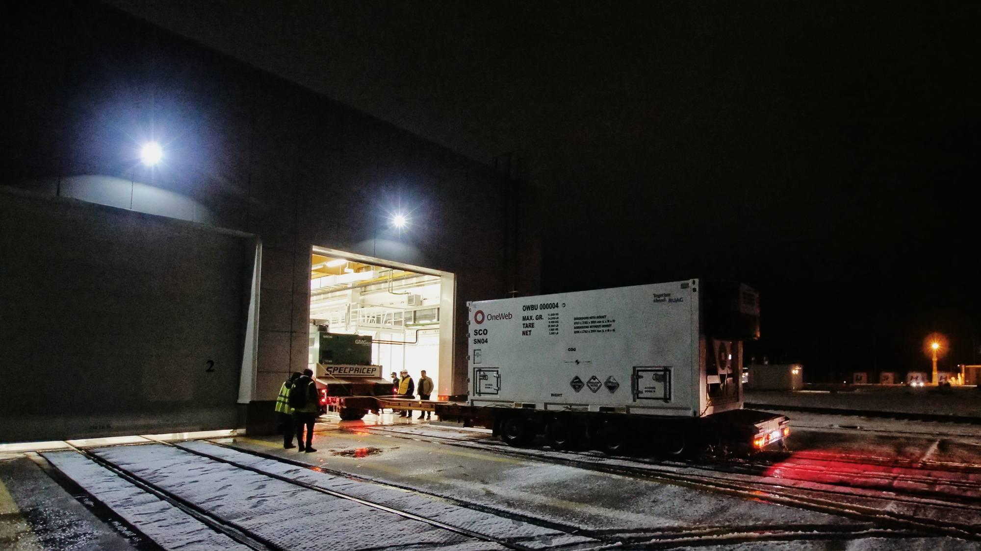 Transportés sur des plateformes routières les conteneurs arrivent au cosmodrome de Vostochny et vont être réceptionnés au MIK universel.