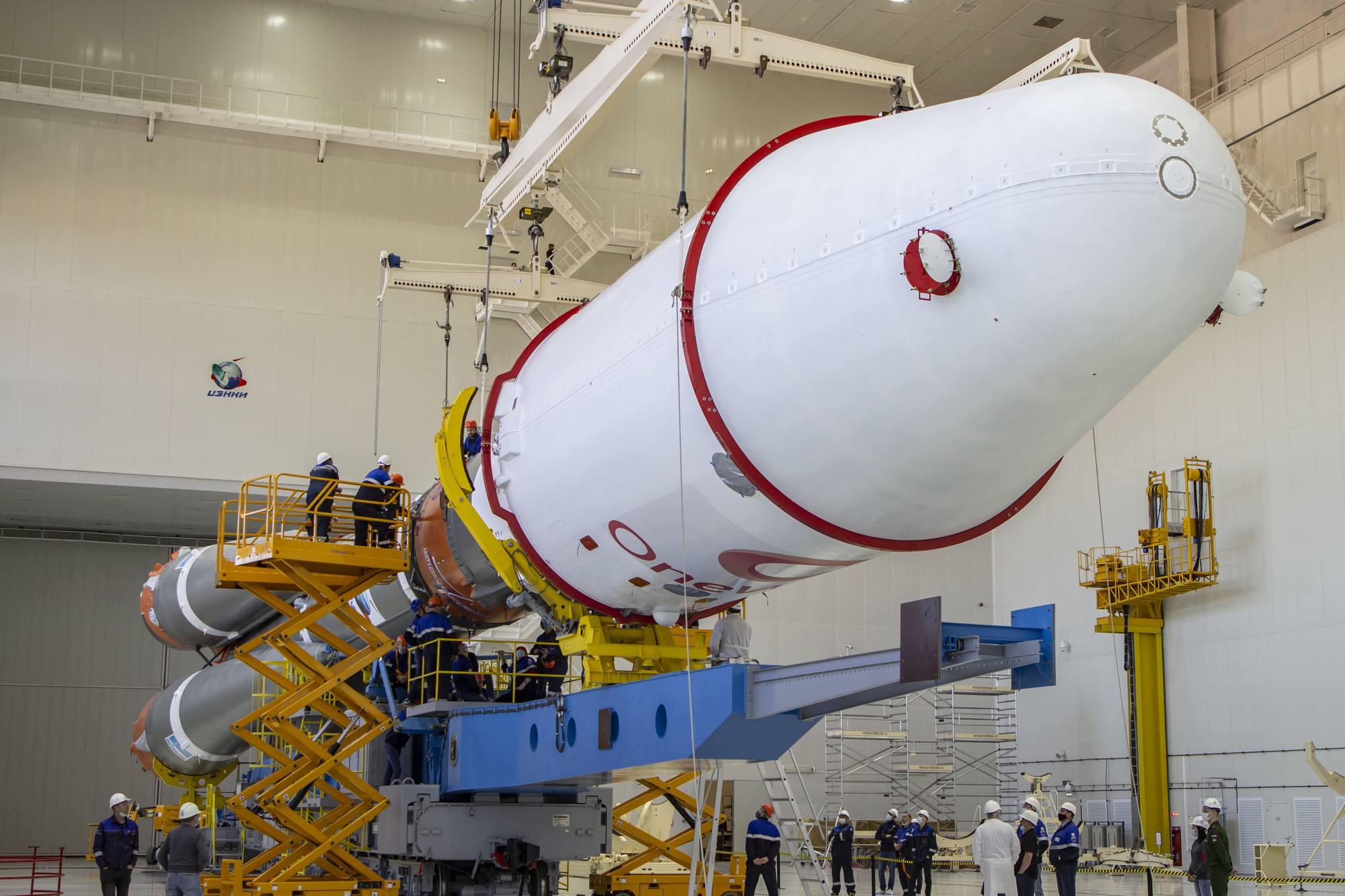 Le lanceur Soyouz 2.1b au moment de son assemblage sur le transporteur-érecteur dans le MIK de Vostochny.