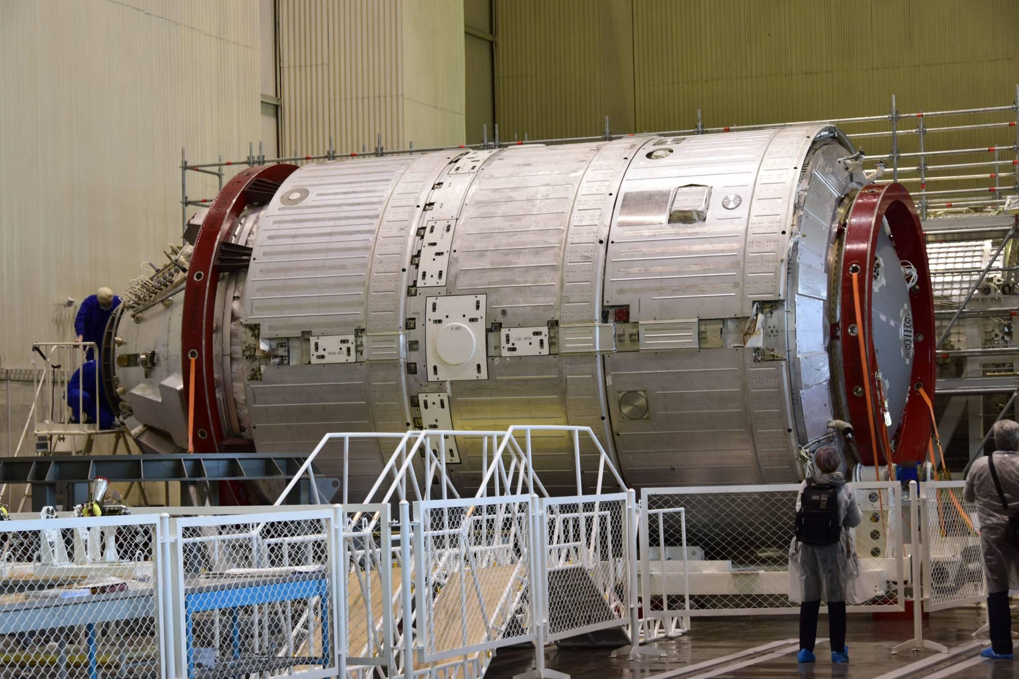 Un modèle de test (le modèle de vol est visible au fond à droite) du NEM.