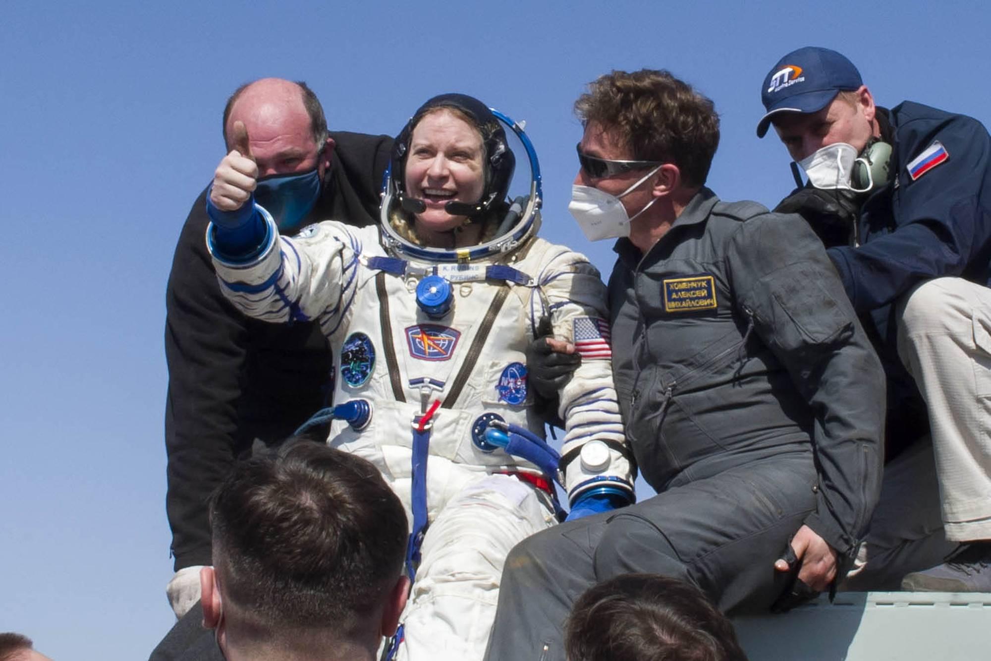 Kathleen Rubins, à son tour, sort de la capsule soyouz.