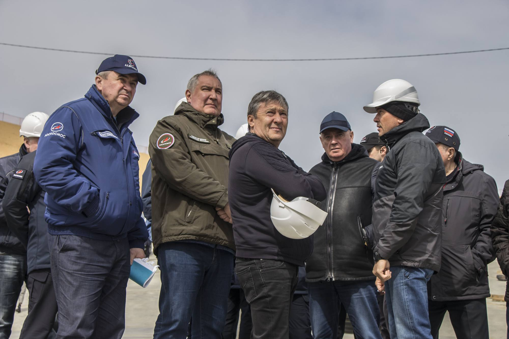 De gauche à droite: Sergueï Kostarev (Directeur adjoint du TsENKI pour la construction du csomodrome de Vostochny, Dmitry Rogozine, DG de Roscosmos et Ravil Ziganchine représentant PSO Kazan l'entreprise de construction du chantier.