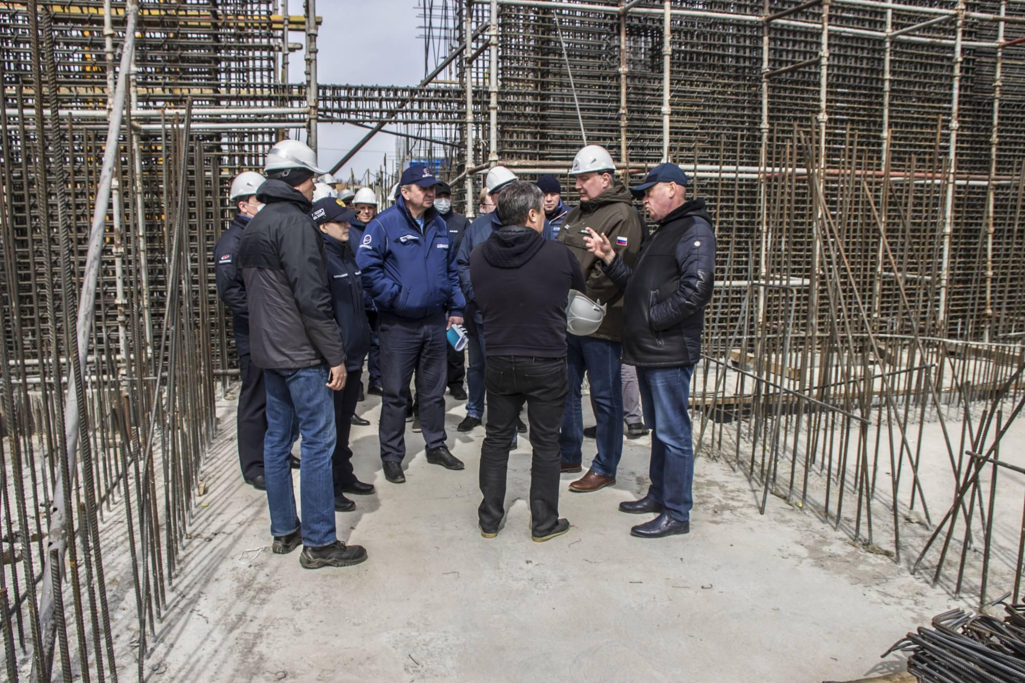 Les visiteurs au sein du pas de tir en cours de  construction.