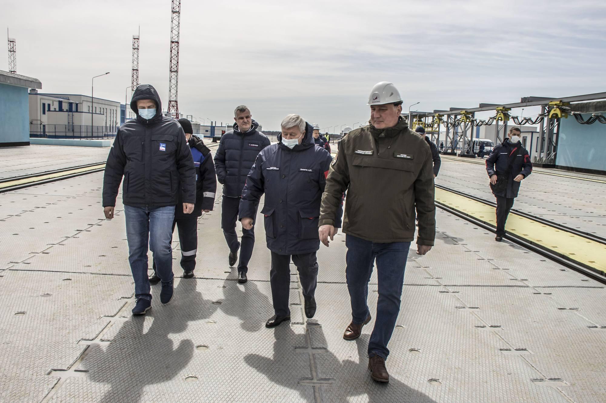 Visite du pas de Tir 1S (Soyouz) à Vostochny: Dmitry Rogozine a été rejoint par Dmitry Baranov le DG de RKTs Progress le fabricant des lanceurs Soyouz (à gauche).