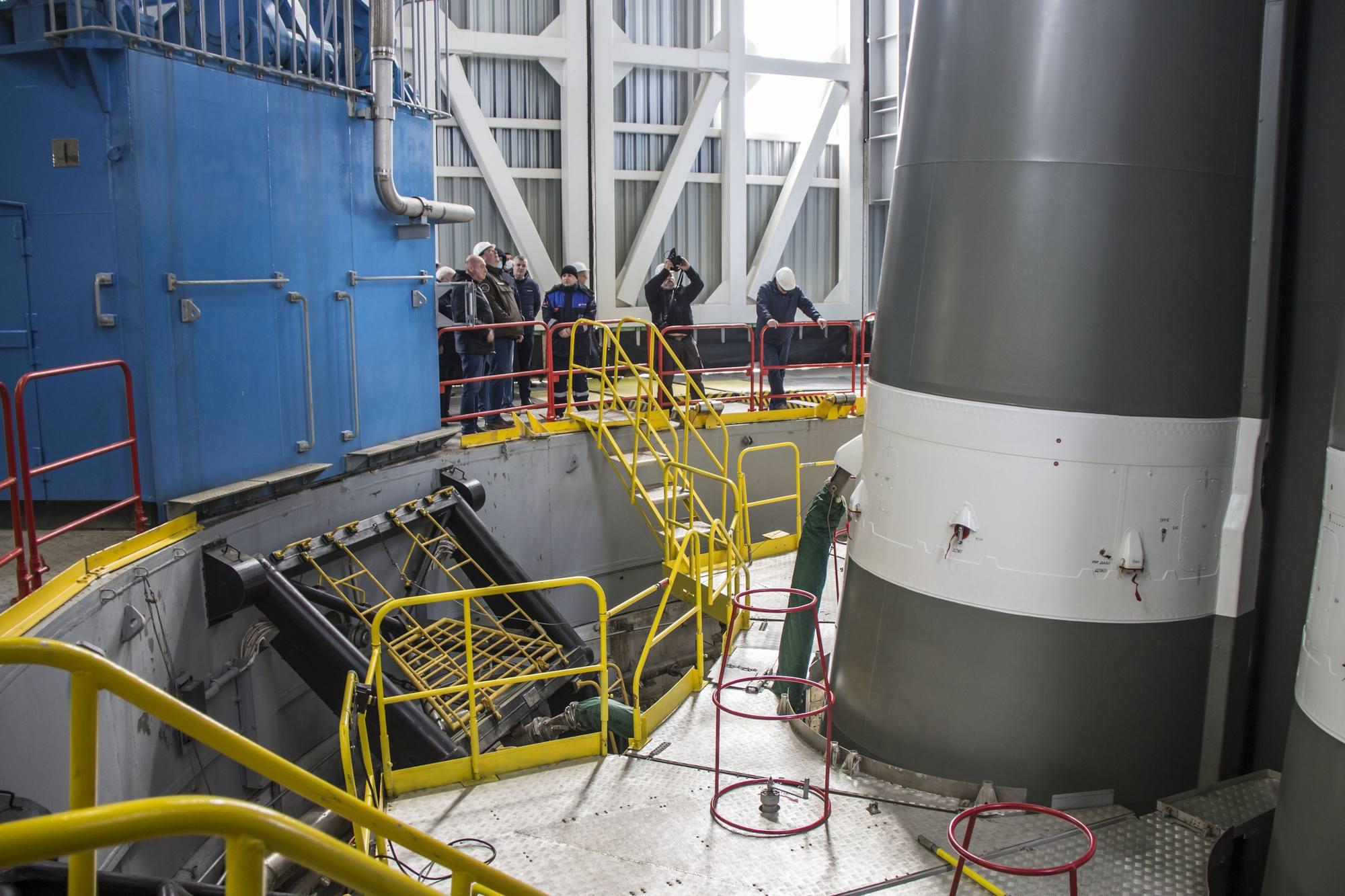 Les visiteurs sur la pas de tir Soyouz observent la lanceur pour les satallites OnsWeb.