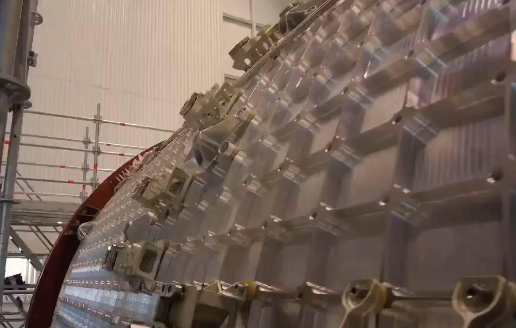 """Comme tous les modules spatiaux modernes qui comportent une partie pressurisée, la coque est réalisée en aluminium """"gauffré"""" qui assure rigidité et légèreté."""