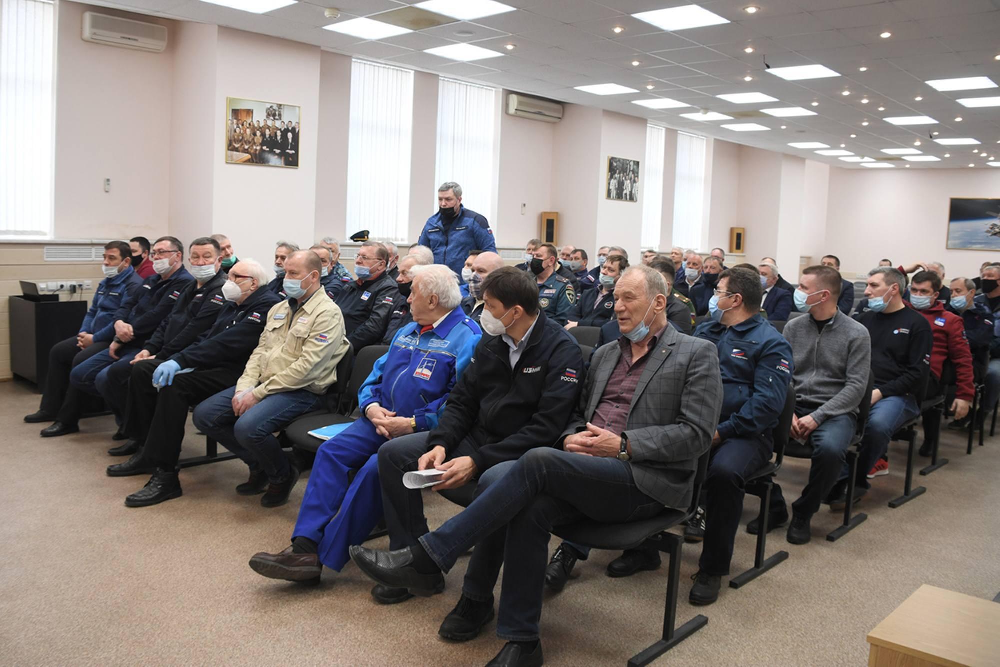 La salle avec l'assitance à la réunion. On note la présence du Directeur du Cosmodrome de Baïkour et du DG du TsENKI.