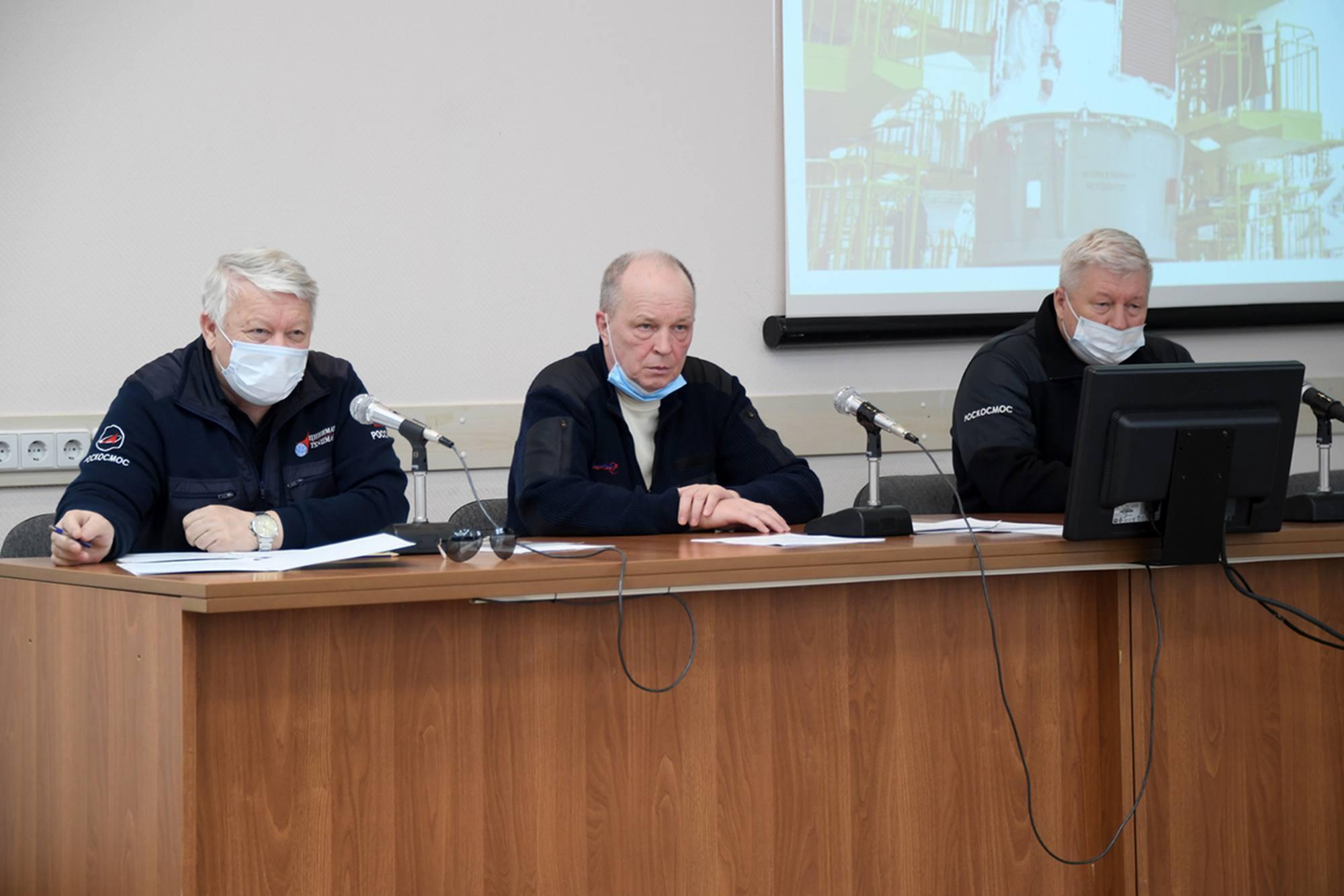 La réunion est conduite par Sergueï Romanov (Energuya) au centre, le représentant du TsNIIMash Oleg Skorobogatov, (à gauche) et Alexandre Lopatine (à droite) Directeur général adjoint de Roscosmos, pour l'ingénierie des fusées, l'exploitation de l'infrastructure spatiale au sol, l'assurance qualité et la fiabilité.
