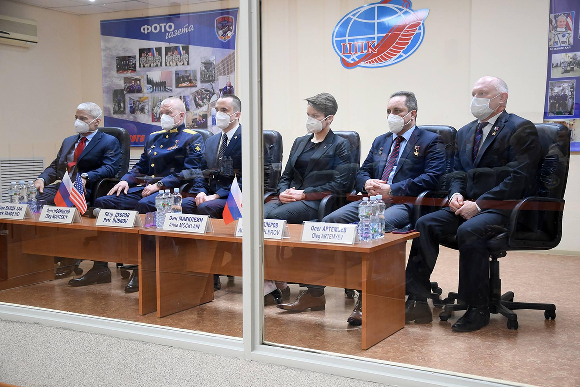 Les équipages de Soyouz MS-18 pendant la réunion de la Commission d'Etat.