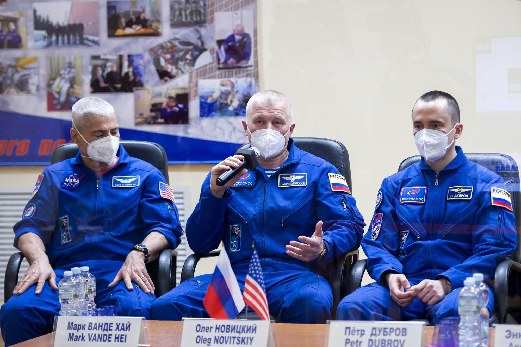 L'équipage principal lors de la vidéo-conférence de presse.