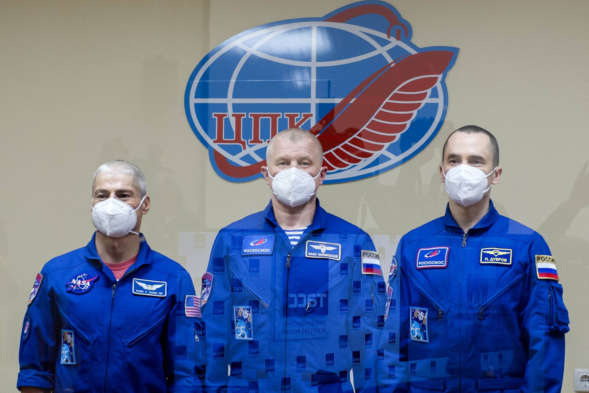 Pose photographique pour l'équipage principal de Soyouz MS-18.