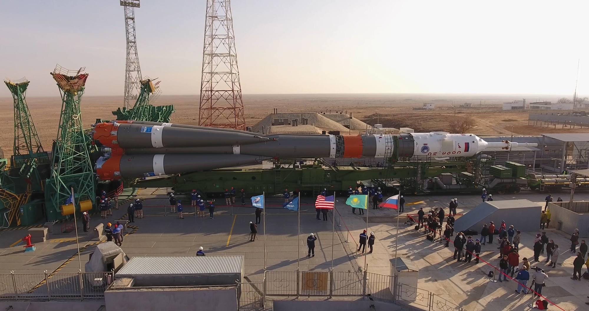 Le lanceur Soyouz 2.1a est arrivé au bord du carneau.
