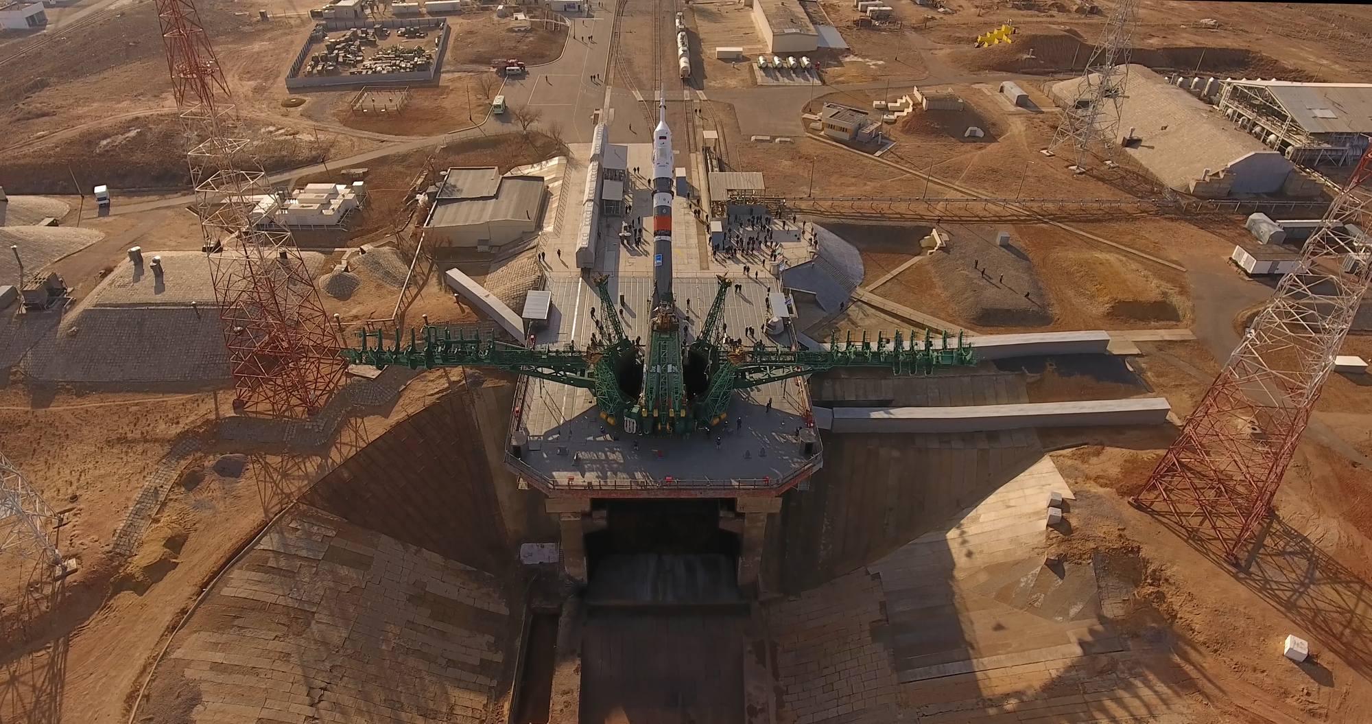 Le pas de lancement 31 avec le lanceur en cours de verticalisation.