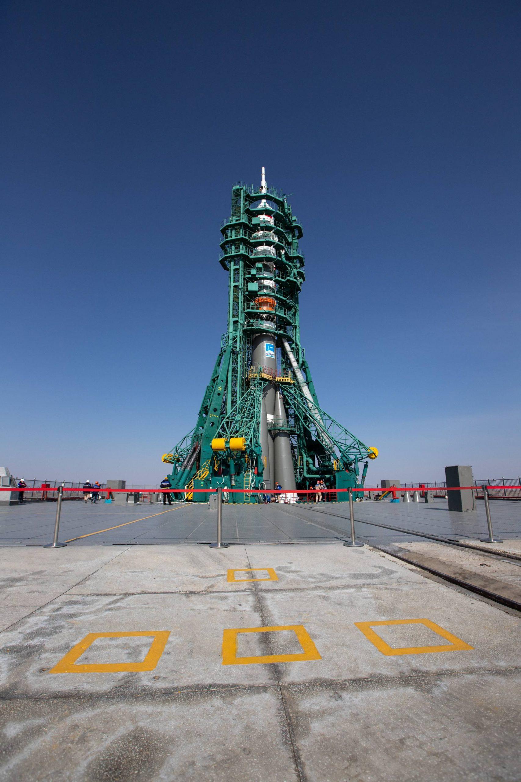 Le lanceur va reposer ici jusqu'au 9 avril, jour du lancement. La place des cosmonautes lors de l'au-revoir est indiquée au sol.