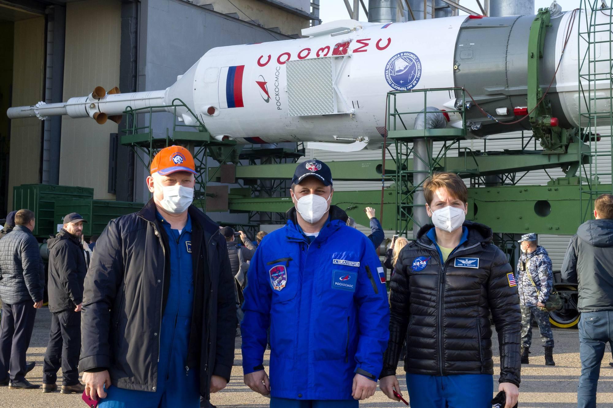Comme de coutume, l'équipage de réserve (mais pas le principal) suit le transfert et la mise en place du lanceur.