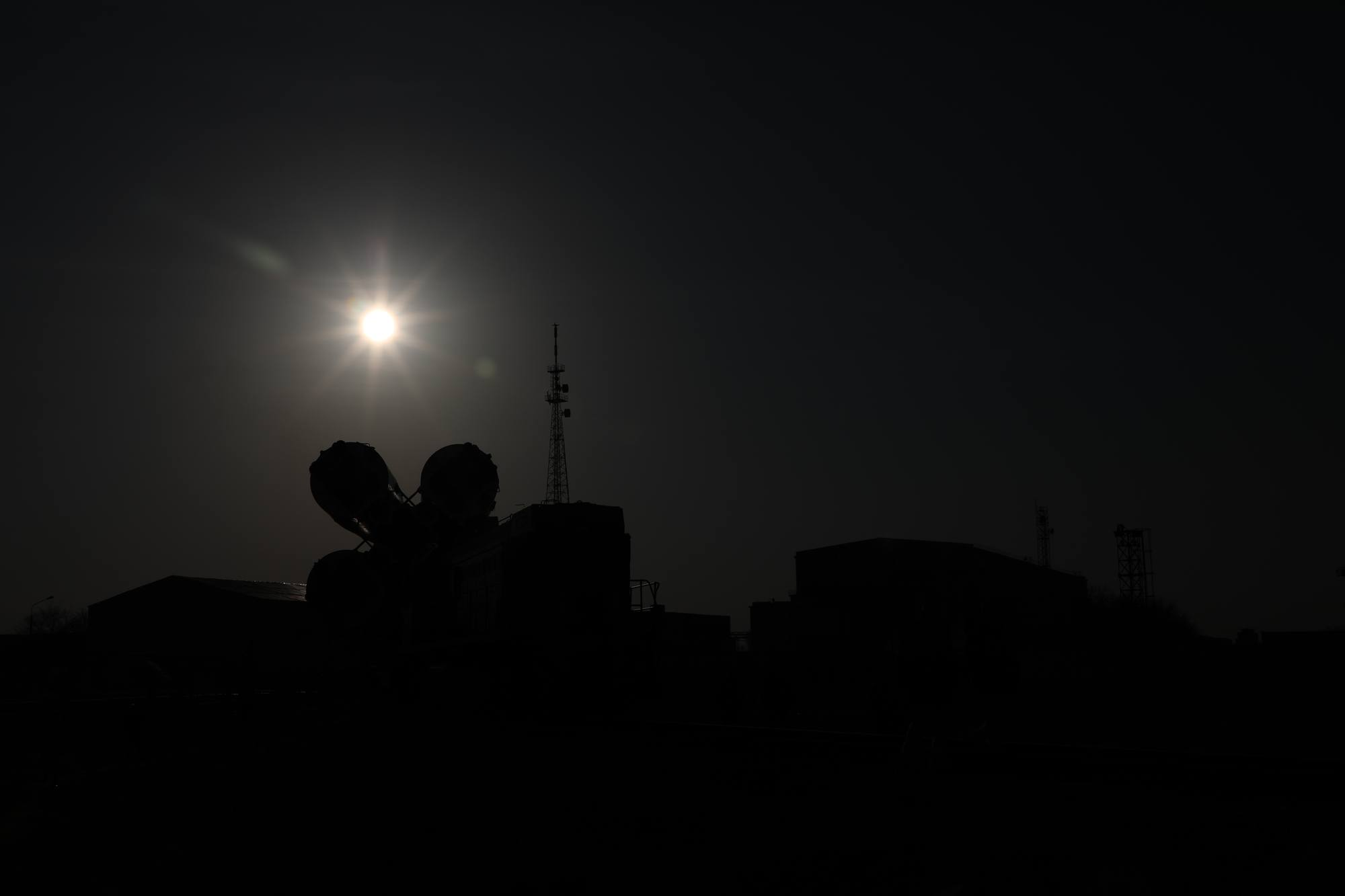 Le lanceur sort du MIK et le soleil se lève.