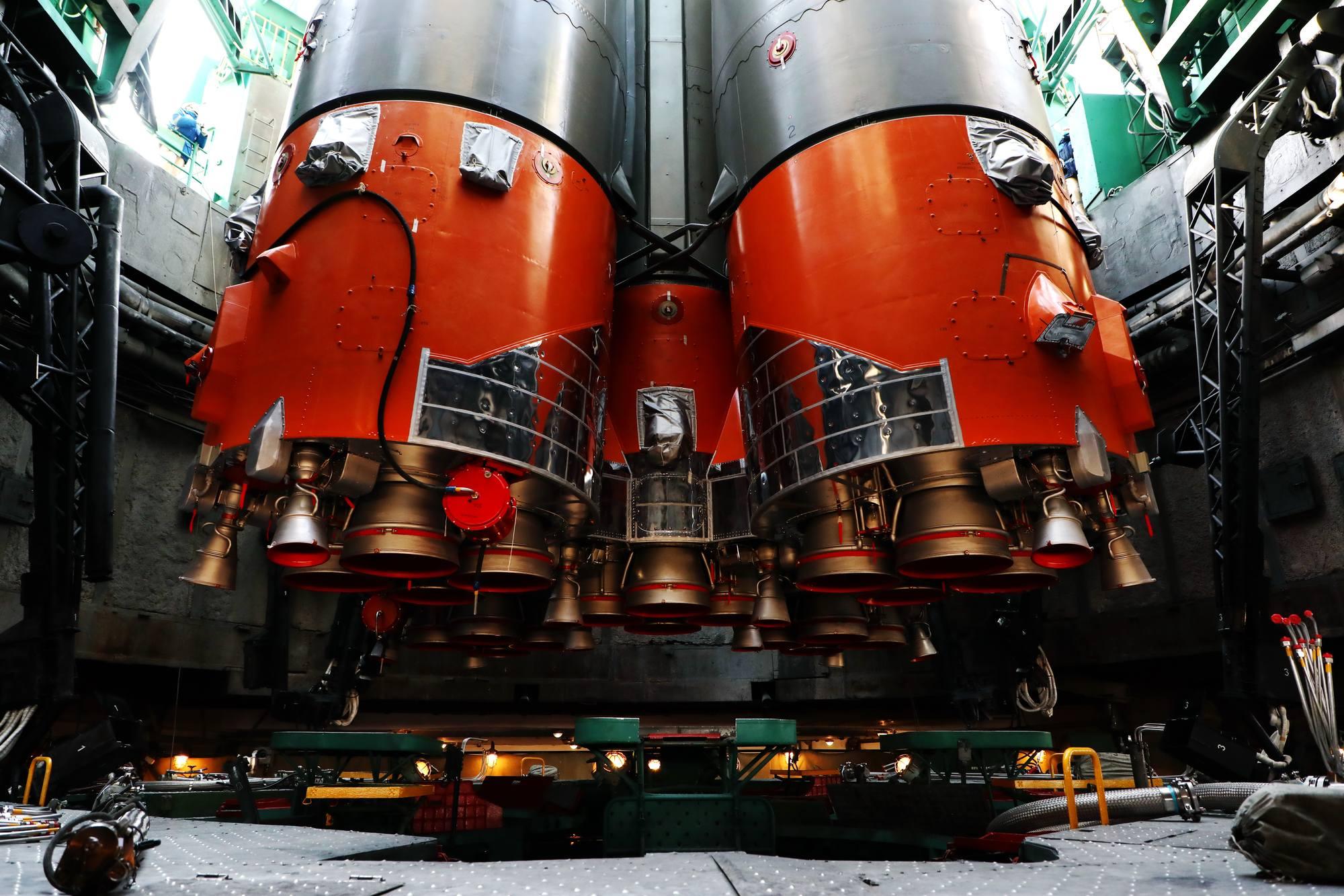 Sous la fusée les tuyères sont prêtes à rugir...enfin pas tout-à-fait: encore quelques jours de préparation et vérifications.