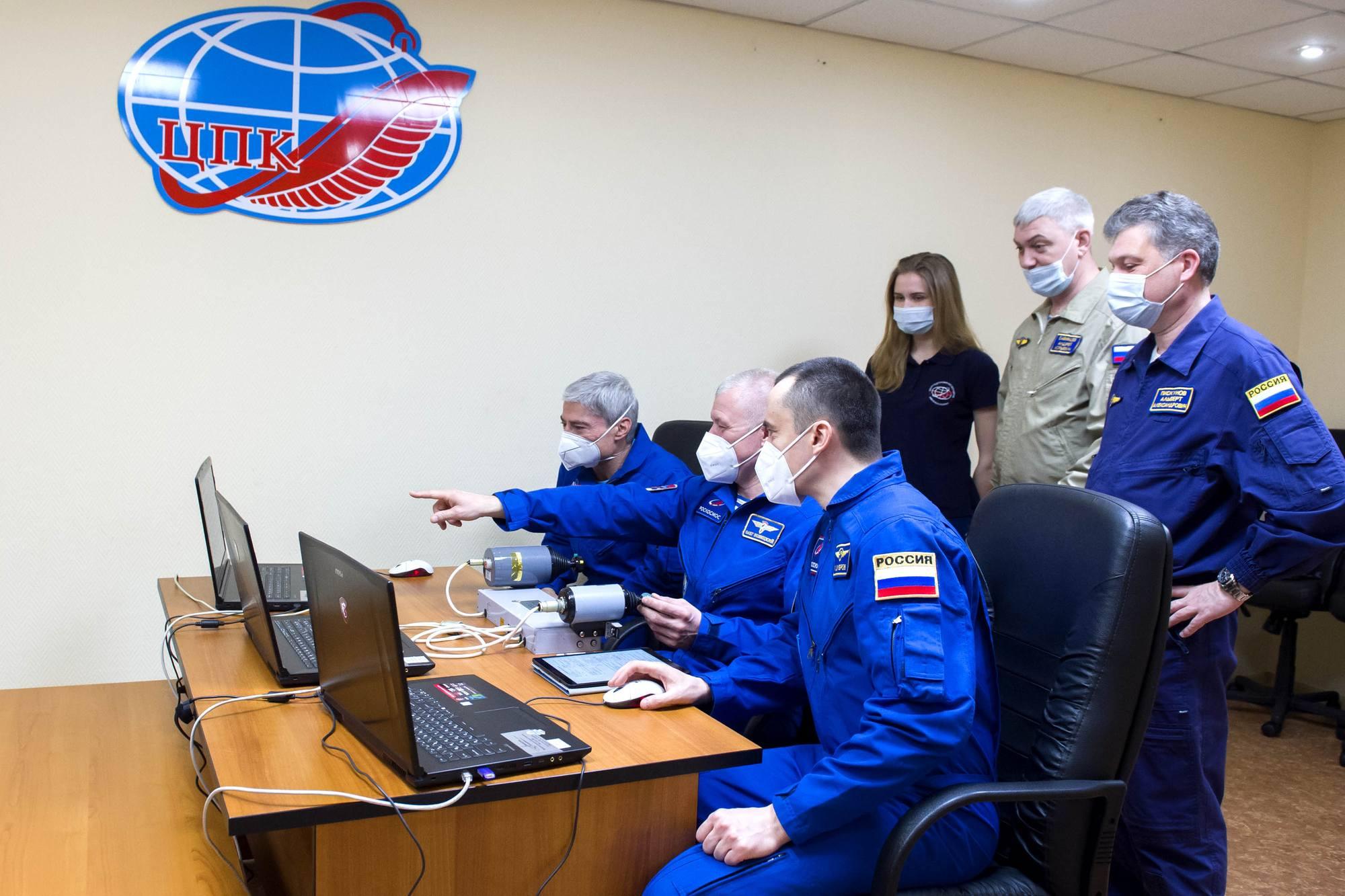 Entraînement au rendez-vous manuel avec l'ISS pour l'équipage principal.