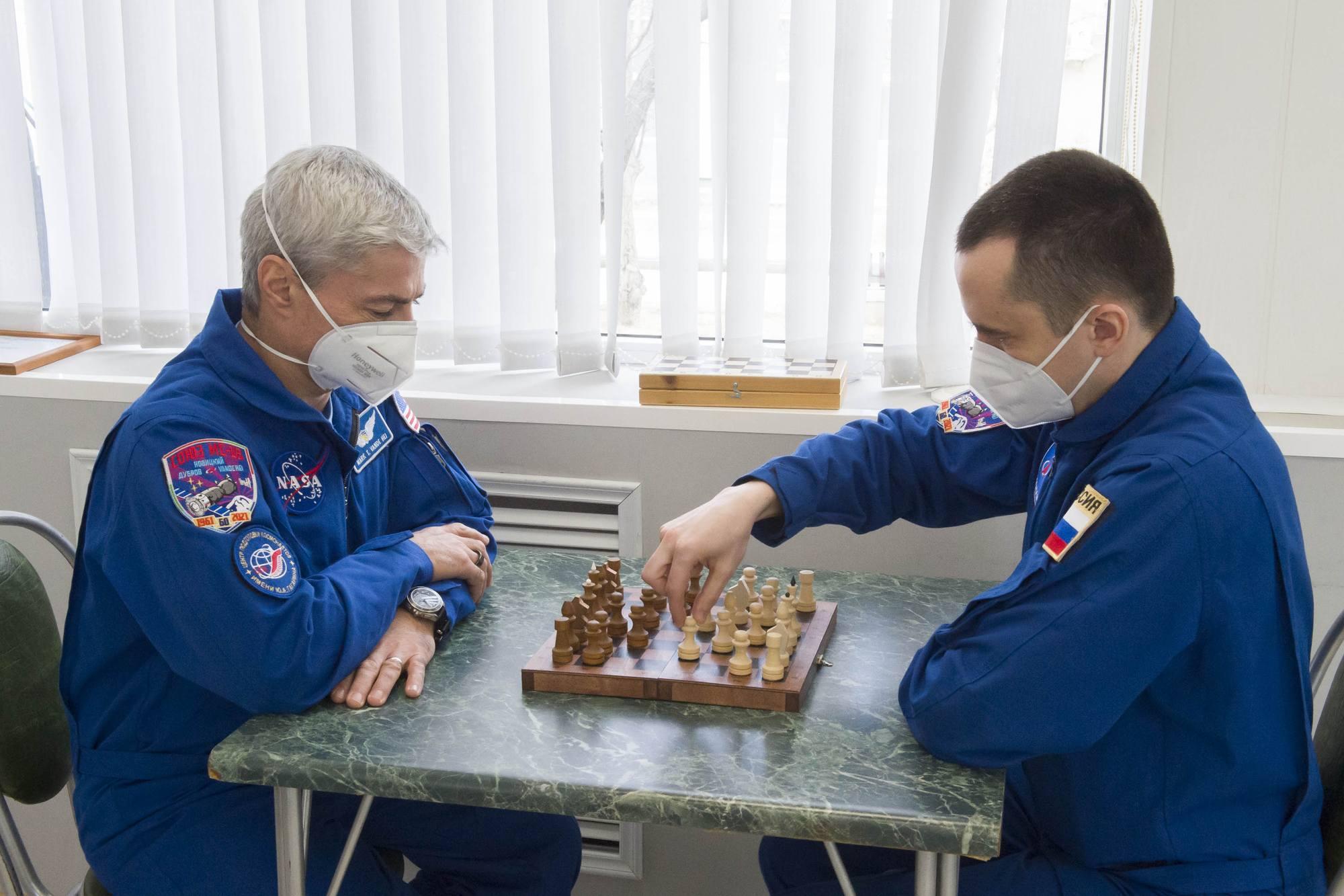 Jeu d'échecs pour Mark Vande hei et Pyotr Doubrov.