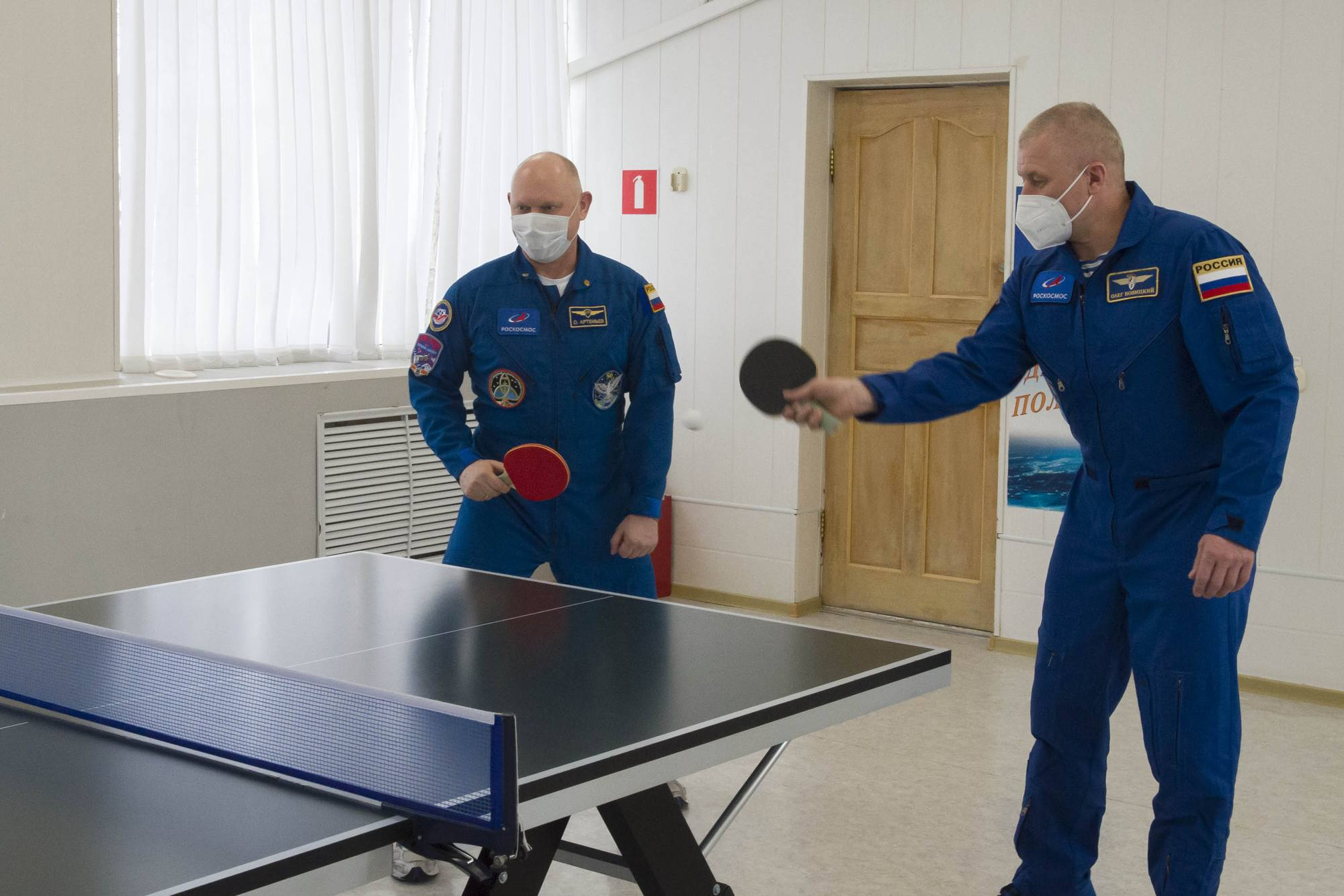Oleg Artemyev et Oleg Novitsky font équipe au tennis de table.