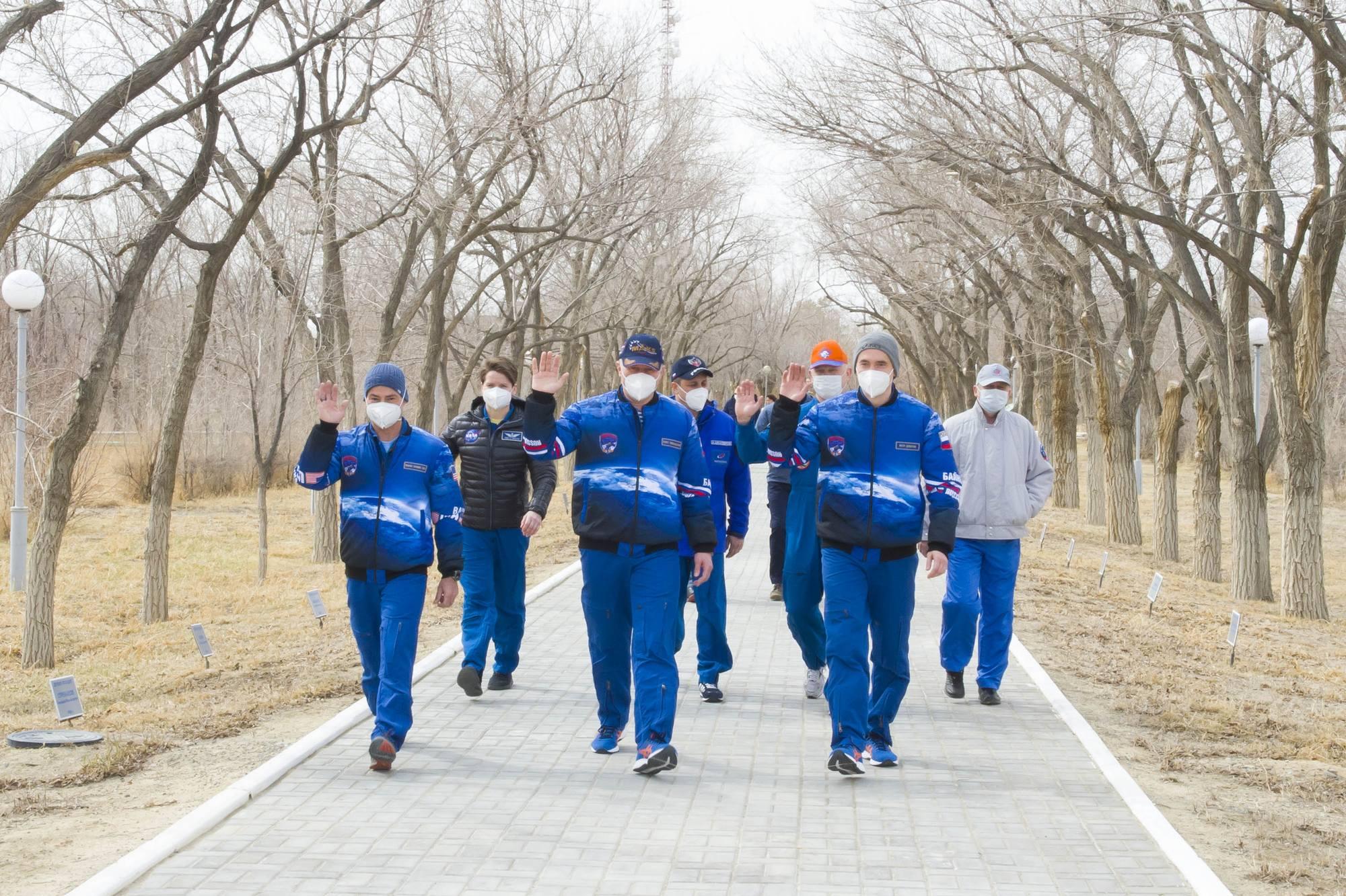 Les équipage se rendrent dans l'Allée des cosmonautes.