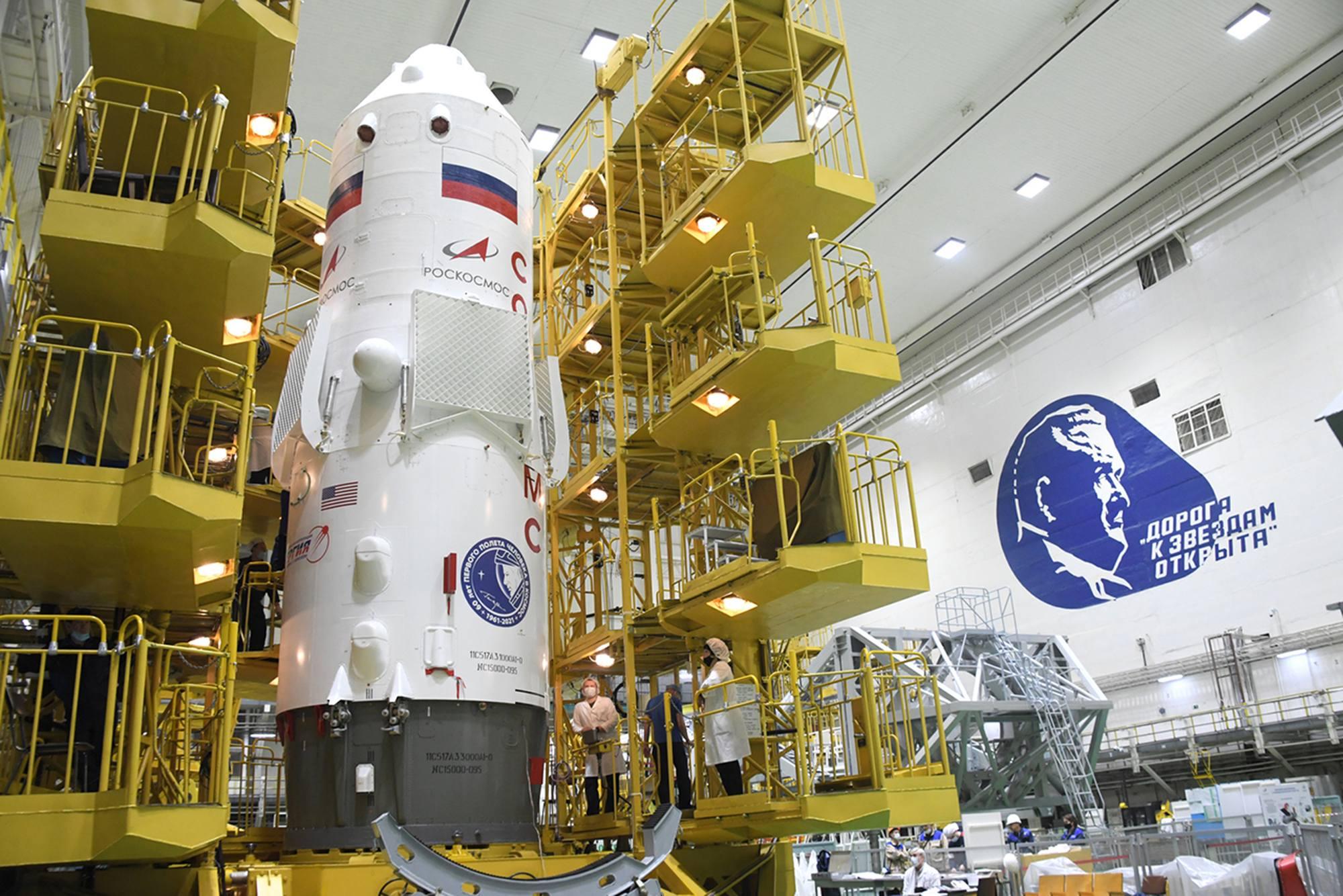 Le stand de péparation laisse apparaître le composite supérieur contenant Soyouz MS-18.