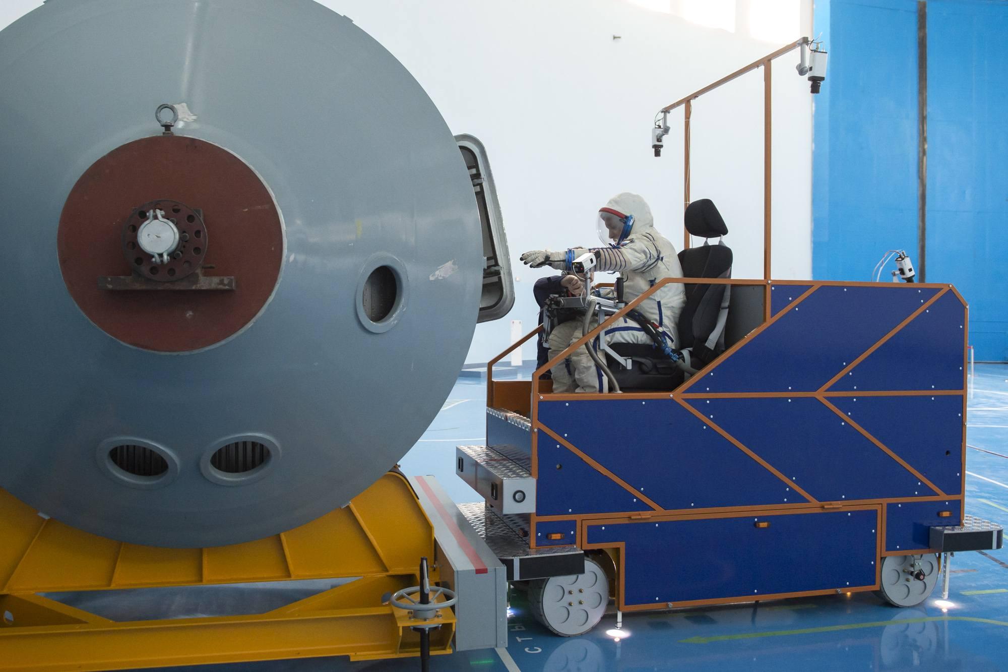 Une ancienne nacelle de la centrifugeuse sert de point de dépôt pour des objets lors de l'exercice.