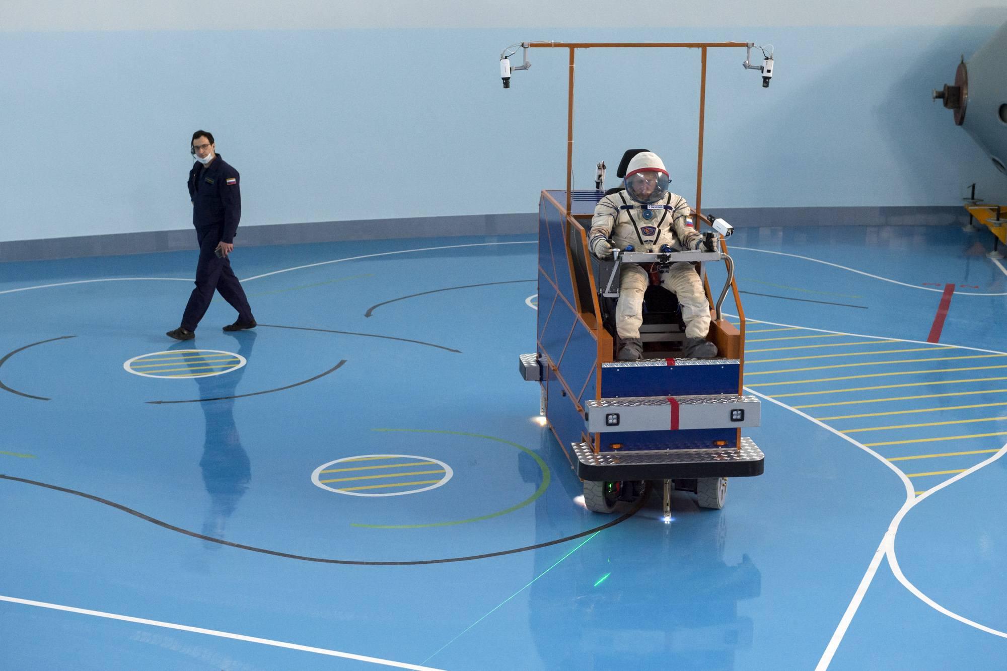 Un moniteur suit le parcours du cosmonaute lors de l'exercice.