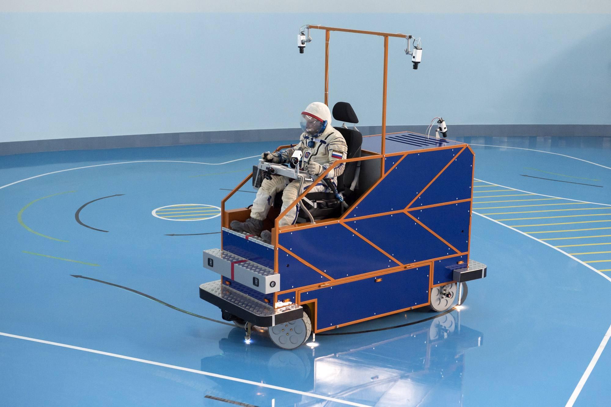 """Le """"rover"""" dans le hall de la centrifugeuse."""