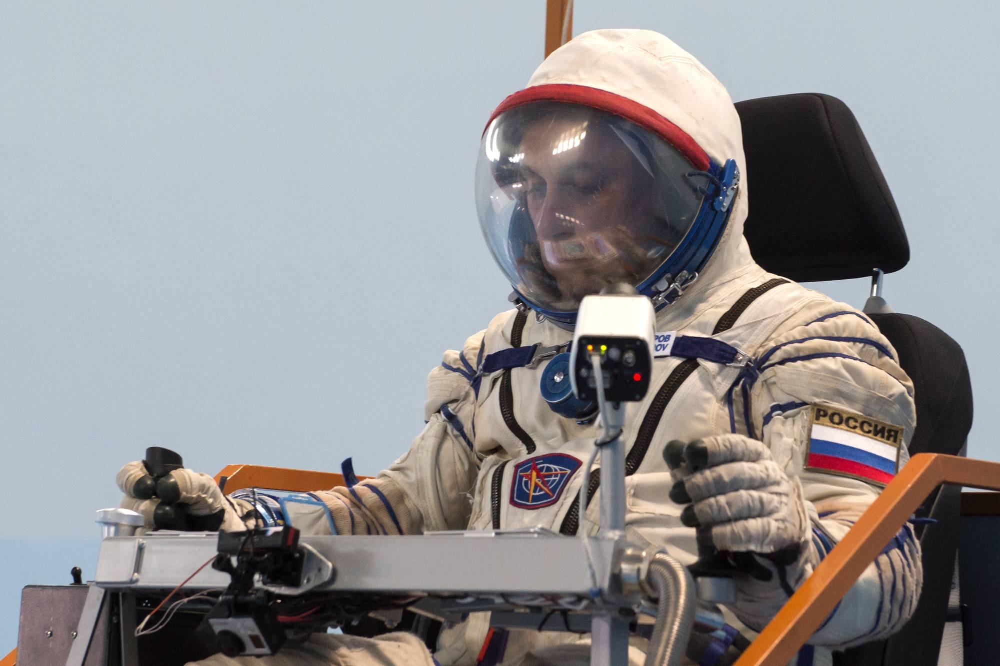 """Anton Sshkaplerov au commande du """"rover""""."""