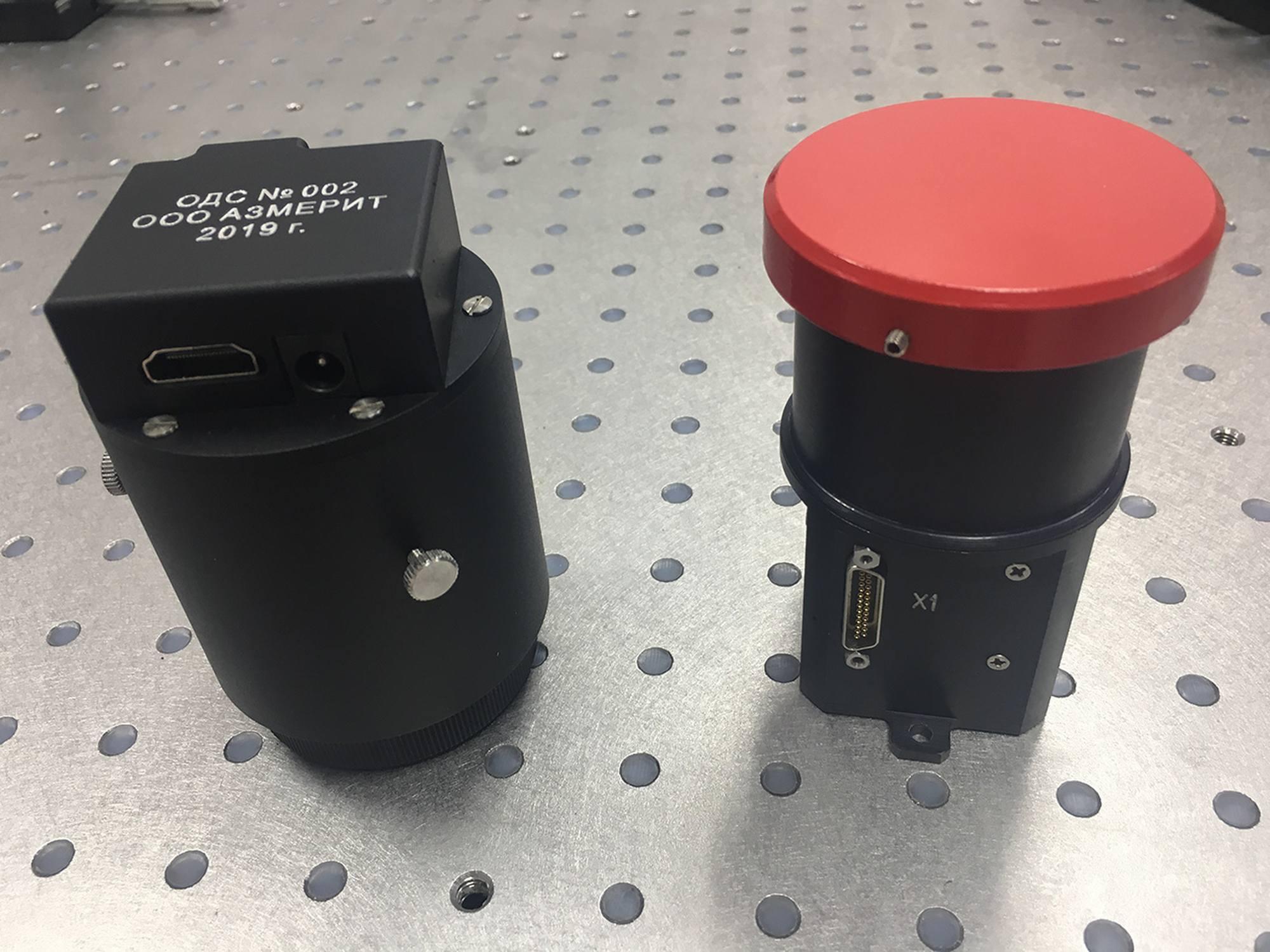 L'AZDK-1 (à droite) et le support opto-dynamique de simulation ODS (à gauche).