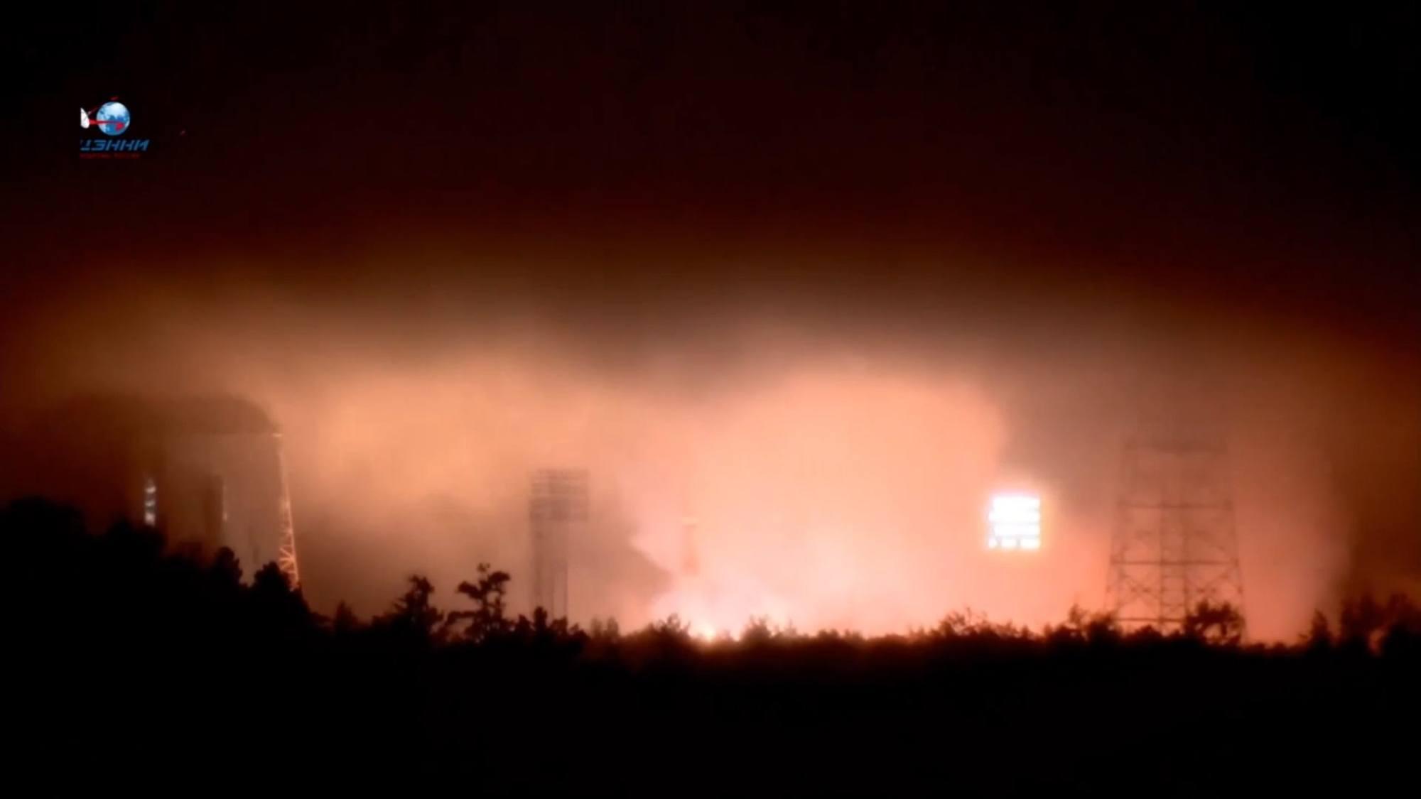 Le brouillard lumineux provoqué par l'ambiance pluvieuse à Vostochny lors du décollage de Soyouz 2.1b.