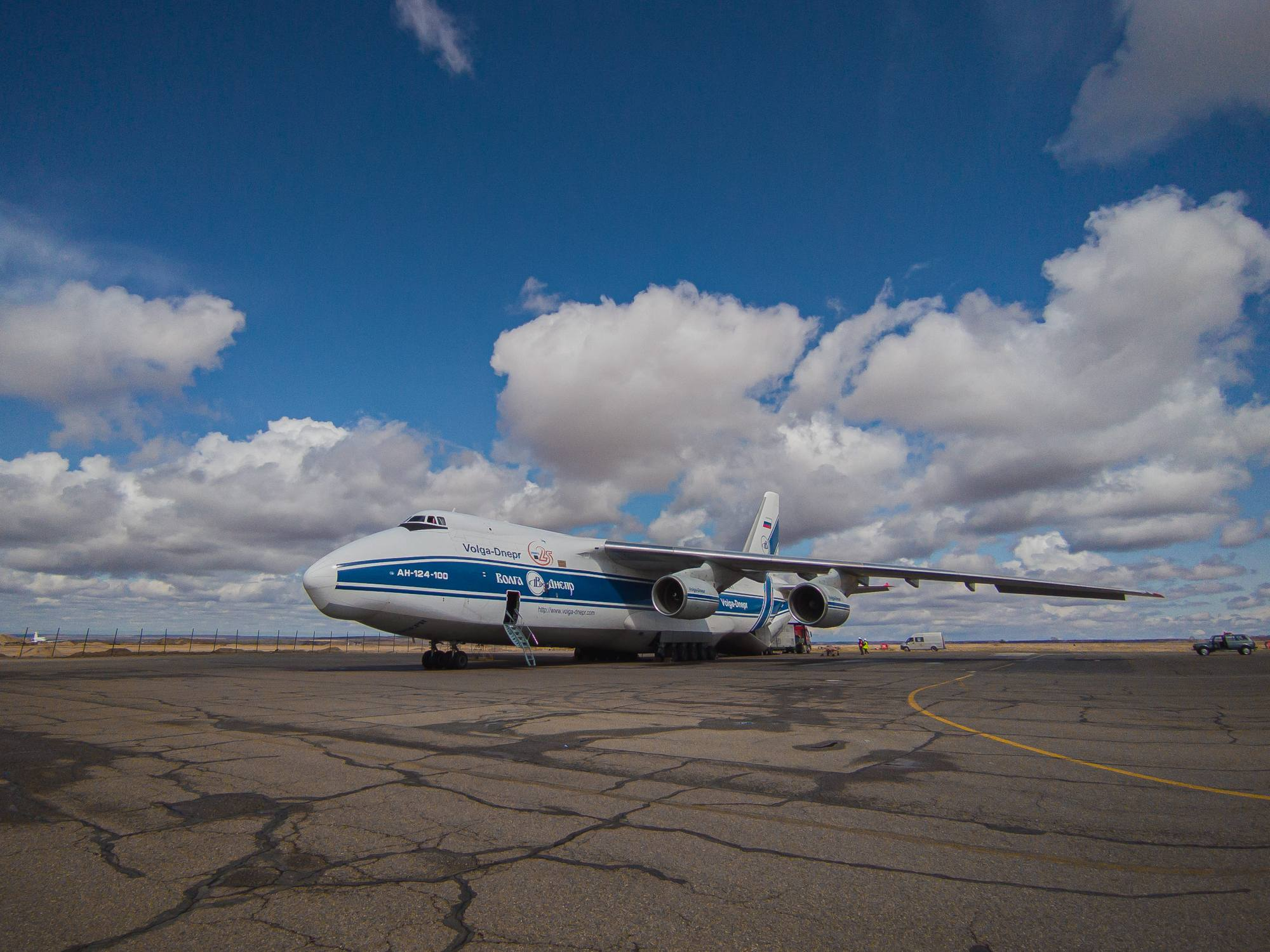 L'Antonov 124-100 de la compagnie Volga-Dniepr transportant les satellites OneWeb sur le tarmac de l'aéroport d'Ignatievo.