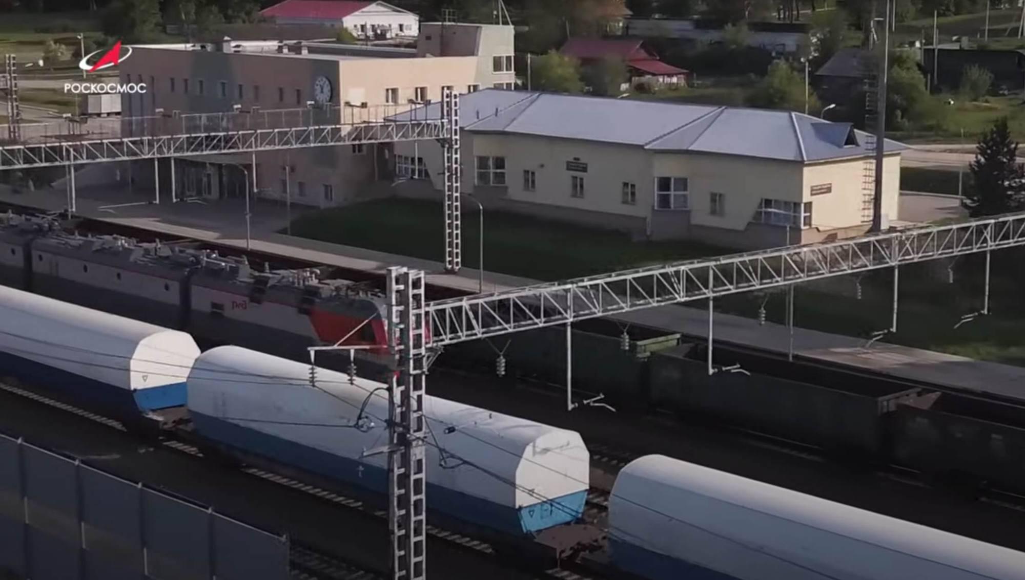 Le convoi est arrété en gare. On voit ici le bâtiment d ela station ferroviaire Ledyanaya.