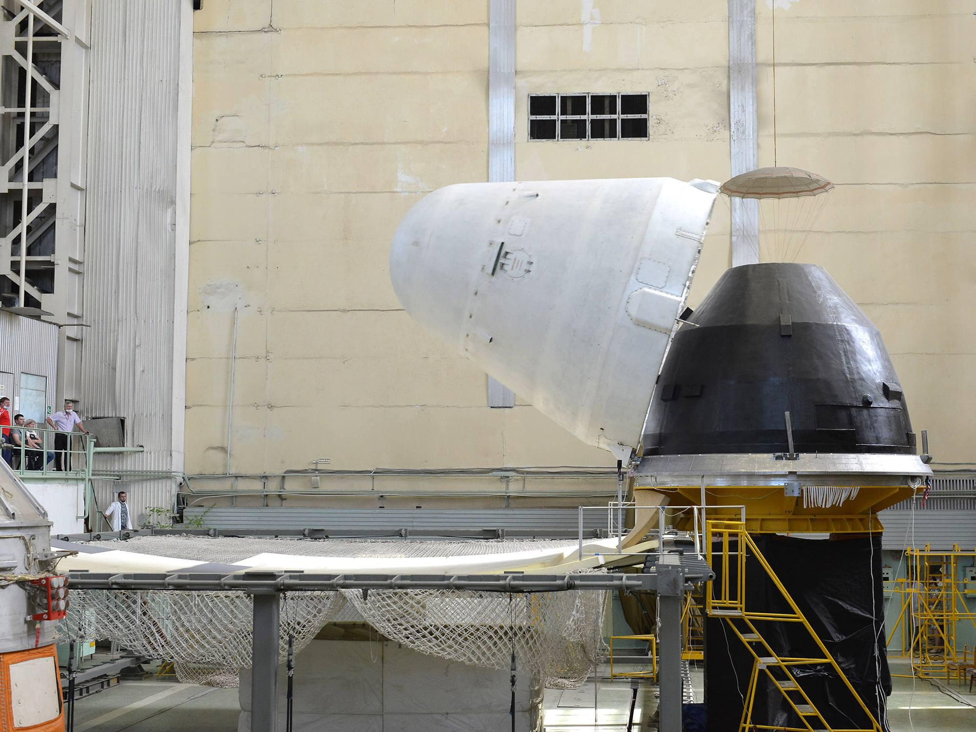 A Samara, au RKTs Progress, l'un des dispositifs expérimentaux pour tester la séparation des éléments impliqués lors de la libération en orbite du module NEM.